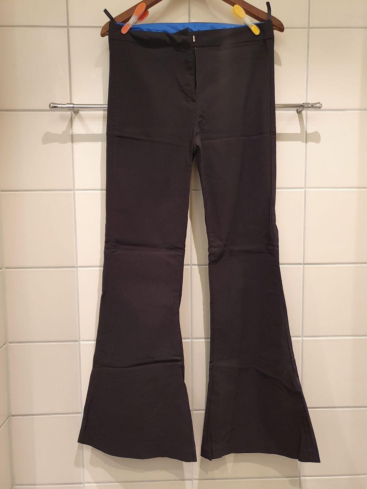 Svart bukse, ettersittende lår med vide bein fra Miss