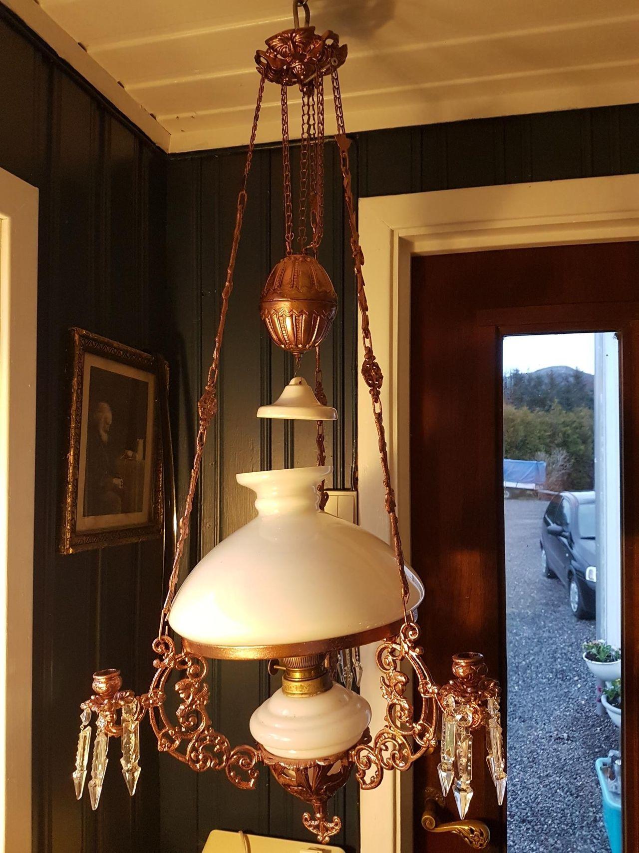 Fin parafinlampe ombygd for strøm og med orginal