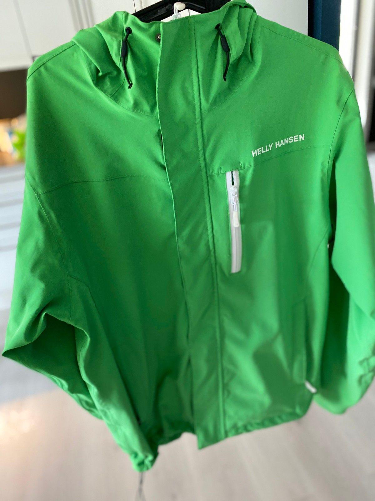Grønn allværsjakke ikke brukt selges | FINN.no