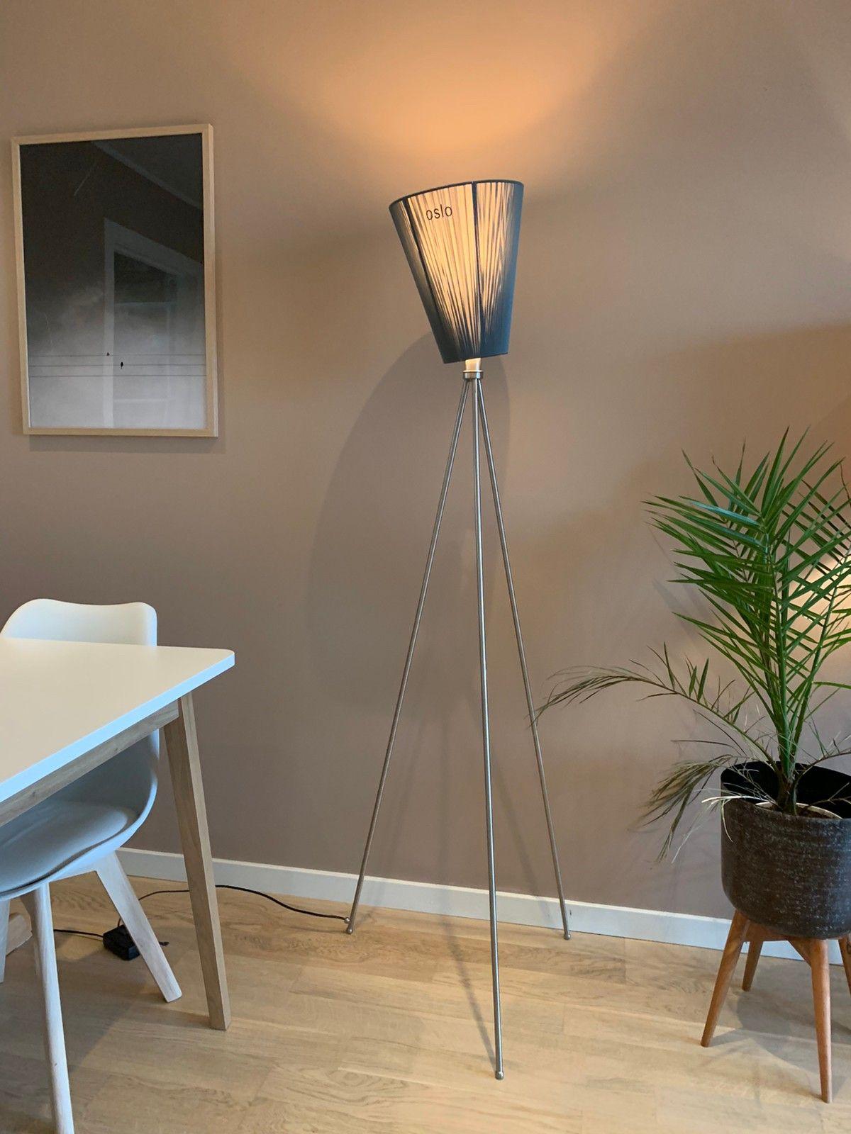 Oslo Wood skjerm og bordlampe med trefot   FINN.no