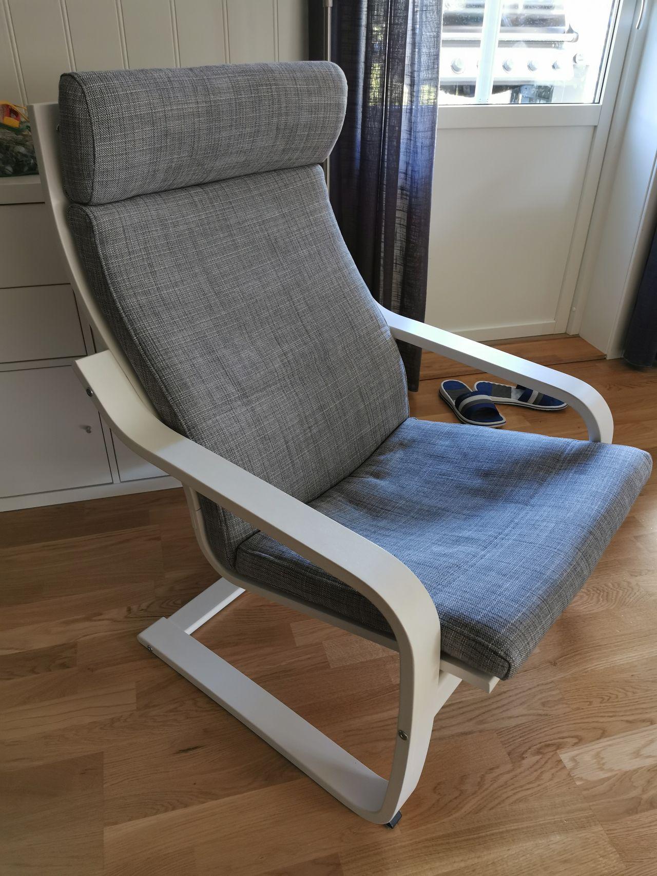 Ikea Poäng stol, hvit med grå stolpute   FINN.no
