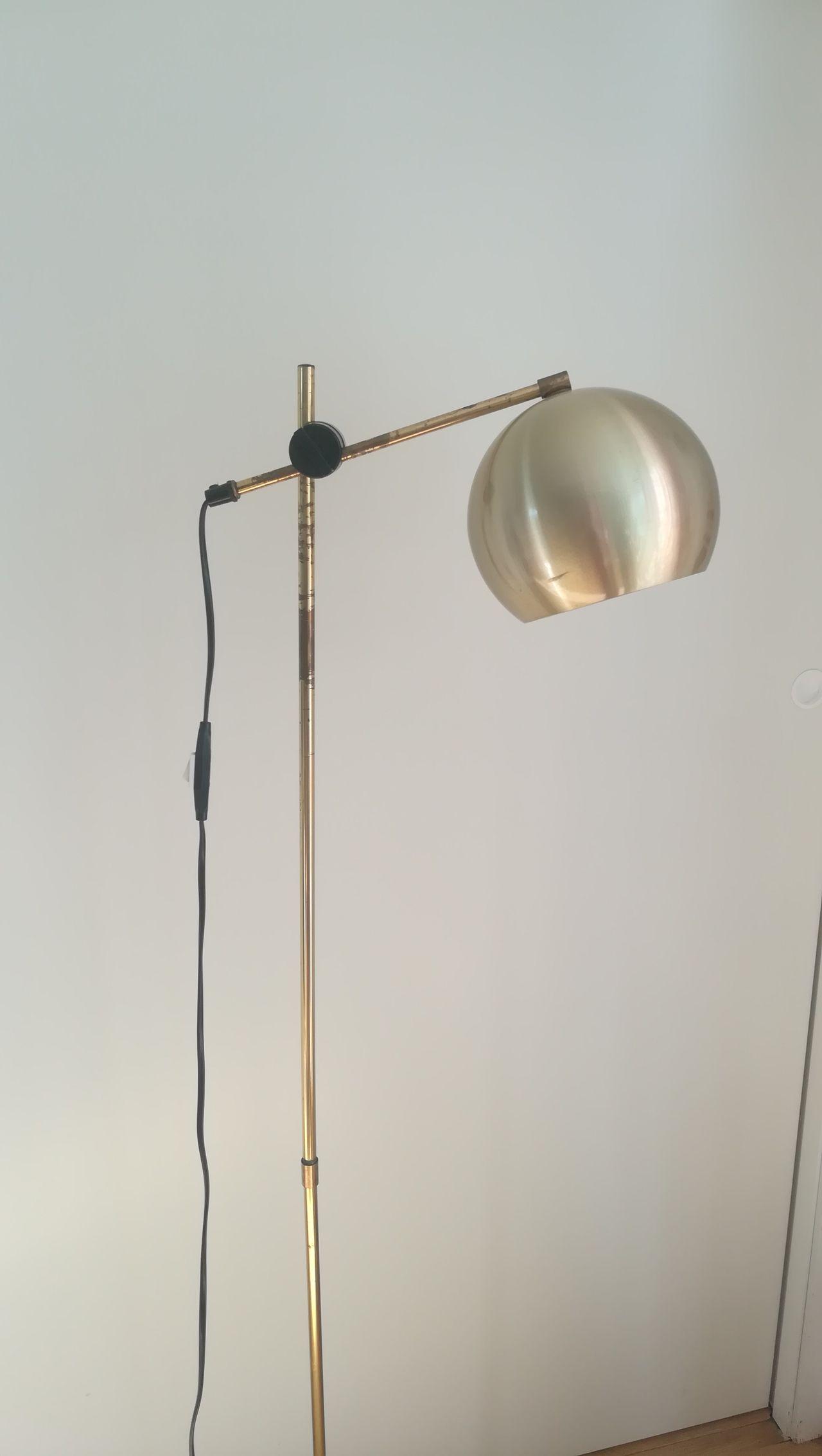 Sunday, med en side for lyspære, og en Klavestad Lamper