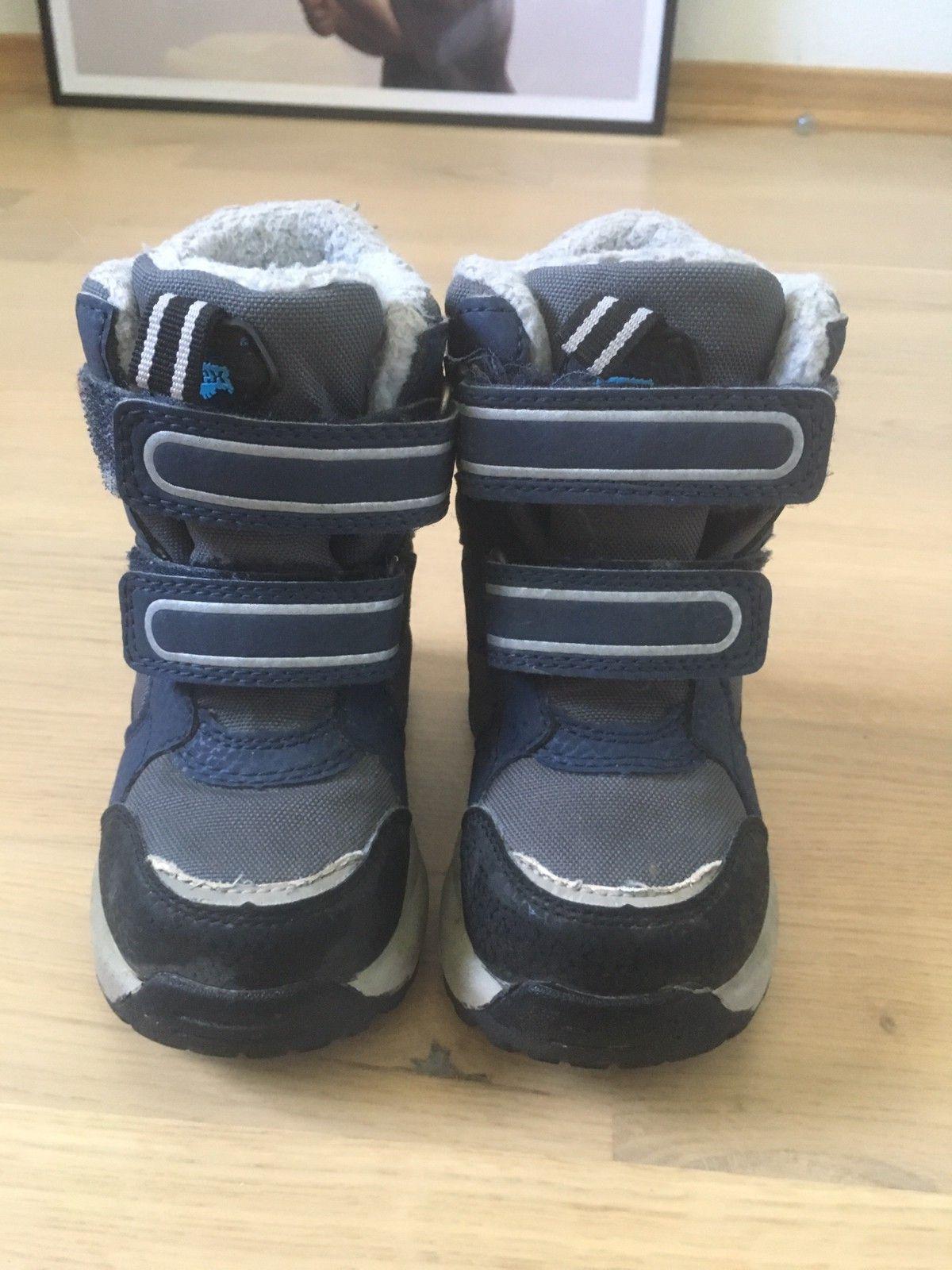 Joggesko brukt gutten er 2 år gammel. Nike sko str 24 andre