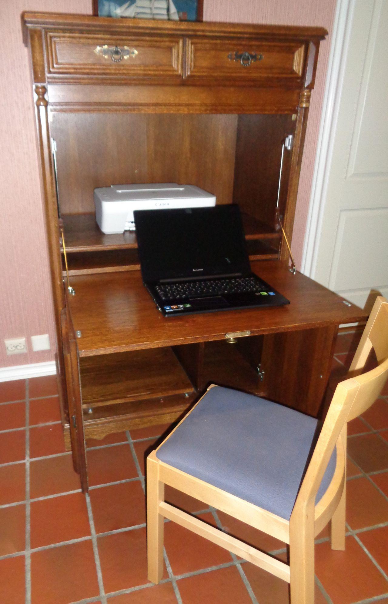 skapet blir uttrekkbar skrivebord   Hjemmekontor, Interiør