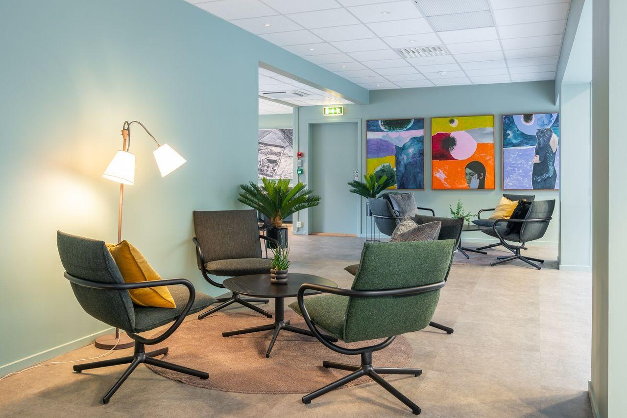 Gode plasser for uformelle møter i byggets personalrestaurant