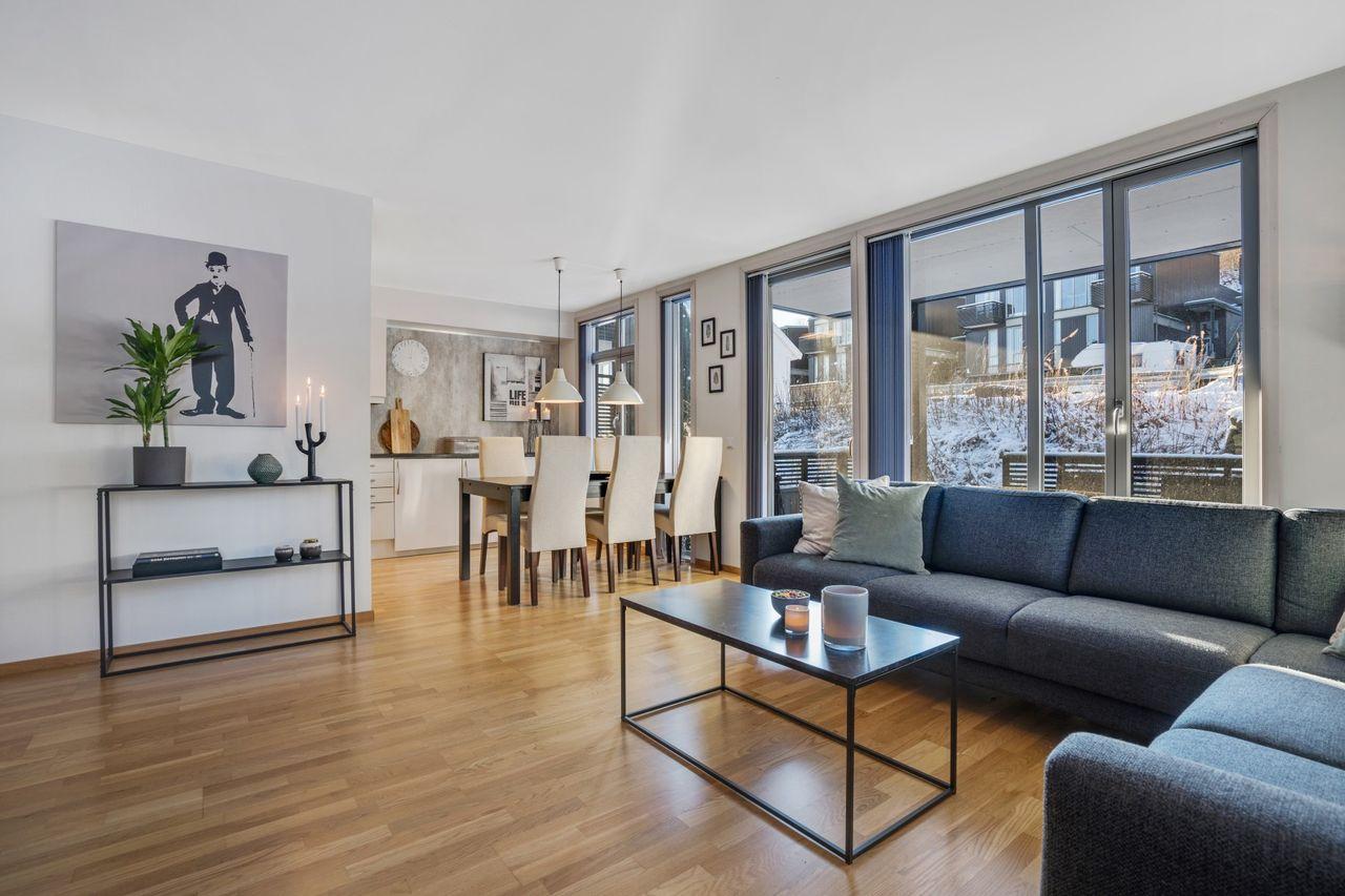 PÅMELDINGSVISNING! Lekker og lys leilighet i første etasje - Trappefri adkomst- Parkering like ved- 2 soverom- Bod