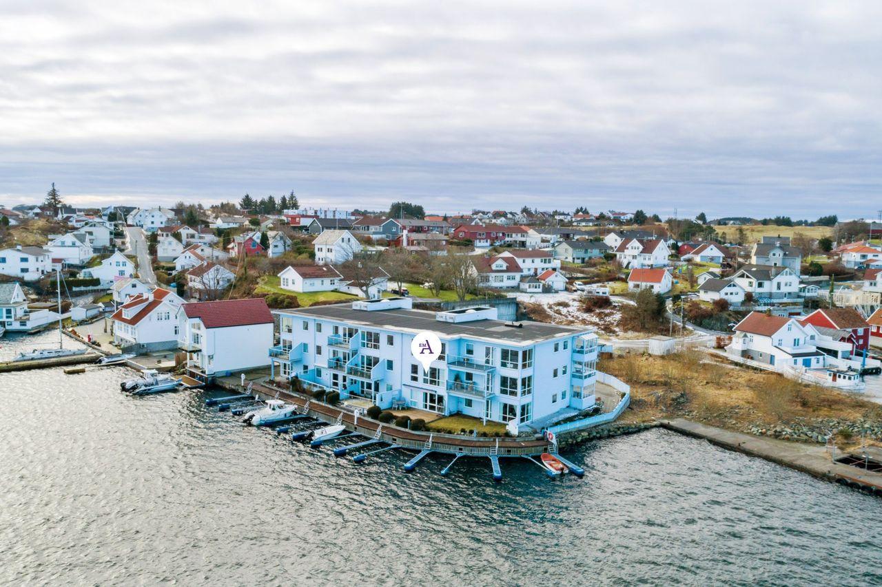 PÅMELDINGSVISNING 03/03! Flott leilighet på Avaldsnes - Nydelig sjøutsikt - Heis - Usjenert terrasse - Båtplass -Carport