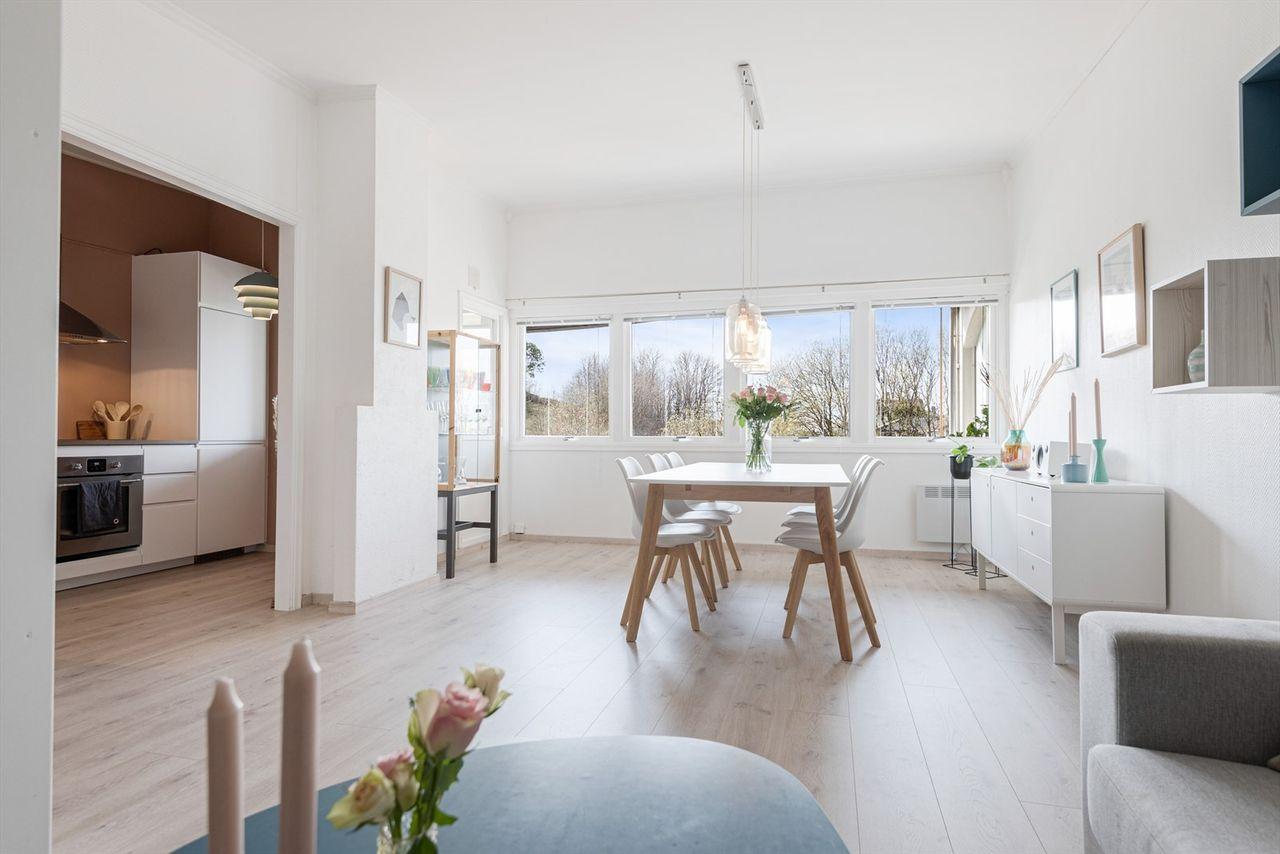 Nydelig 2-roms med ekstra takhøyde og stor innglasset terrasse - Flott kjøkken fra 2016 - Fliselagt baderom 2013