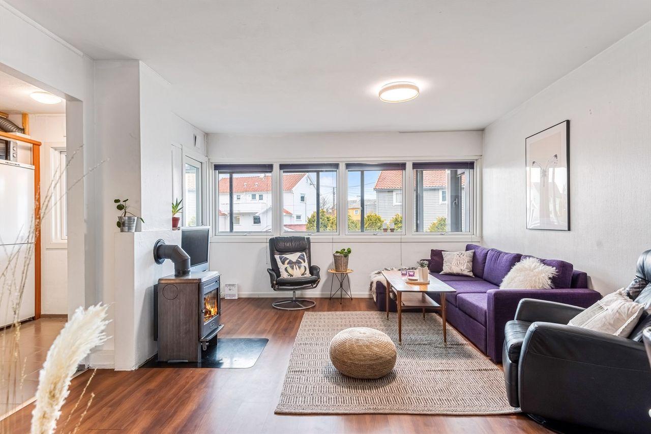 Pen og lys leilighet beliggende i 2. etasje - 2 soverom + alkove - Ny, stor innglasset terrasse - Sentrumsnært!