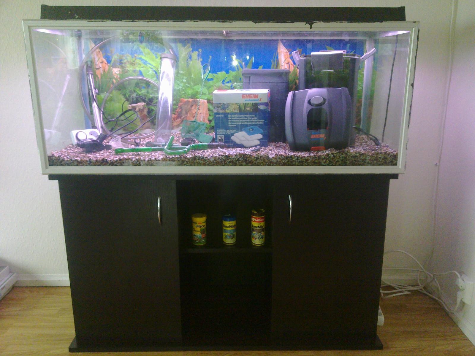 312 Liter store Akvarie med alt du trenger - Garnes  - Akvarie er 1,25*0,5*0,5= 312,5 liter Utstyr : EHEIM professionel 3 utvendig filter, filterduk (filterinnsats), varmestab, mat ring,grus, dekorations root, thermostat, hov,slamsuger og underskap glasse har noen riper - Garnes