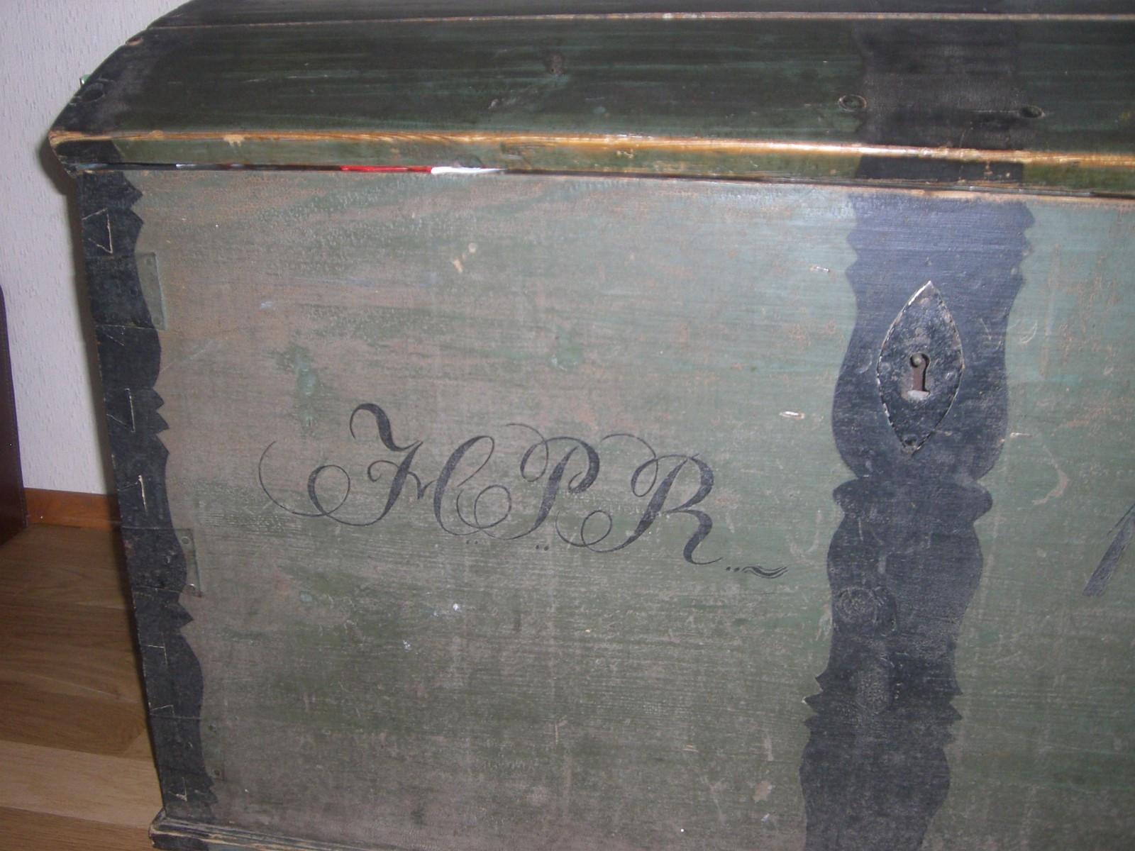Gammel kiste til salgs fra 1827 - Gjettum  - Kistens mål er: lengde 120 cm. bredde 60 cm. høyde 65cm. Kisten er fra 1827. Tar gjerne imot bud. - Gjettum