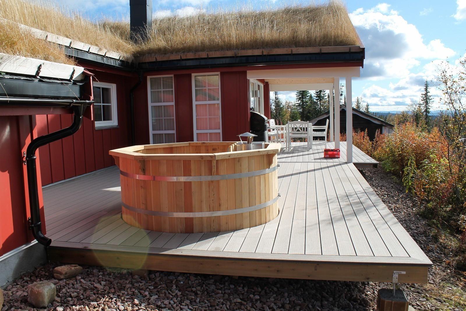 Stor veranda med badestamp og grill