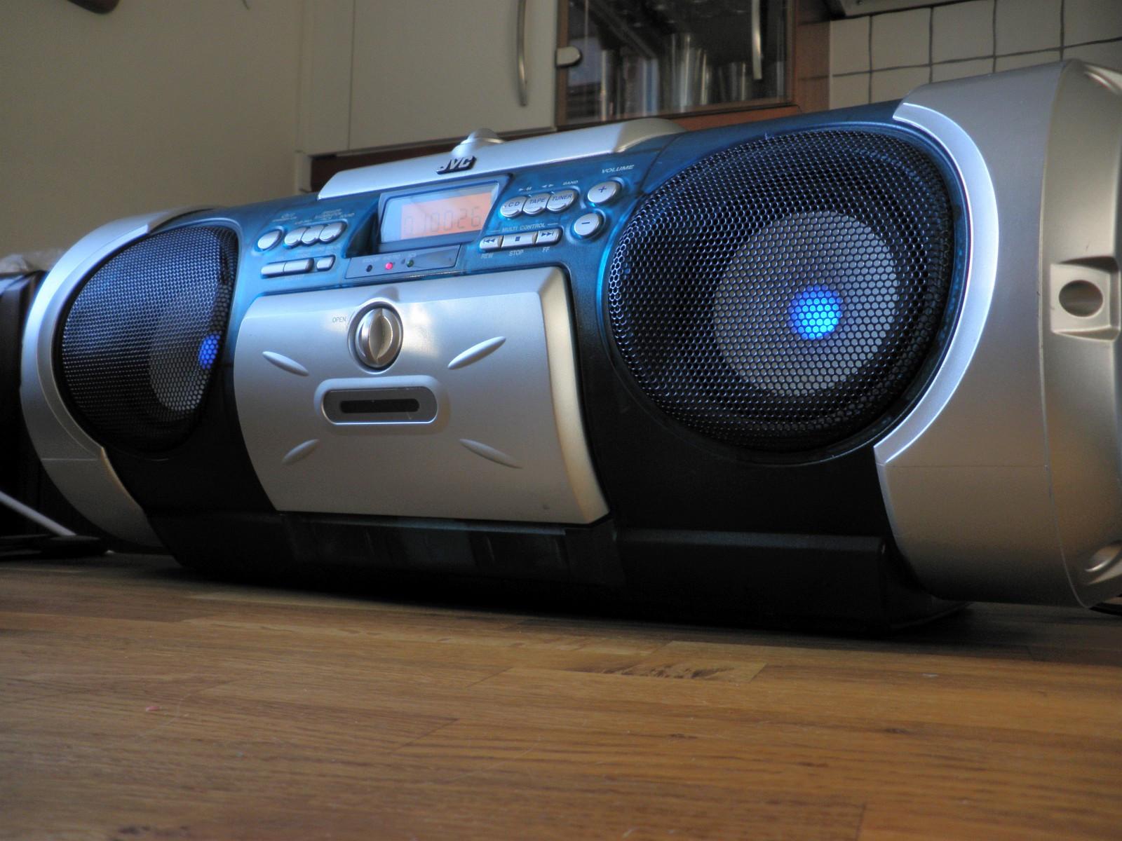 "JVC RV-B550 Kaboom Boombox AM/FM Radio Stereo Cassette CD Player - Lørenskog  - JVC RV-B550 Kaboom Boombox AM/FM Radio Stereo Cassette CD Player vurderes solgt.  Fungerer top. Fantastisk lyd.  Fjernkontroll og strømkabel er inkludert.   ""Quality JVC Kaboom boombox m - Lørenskog"