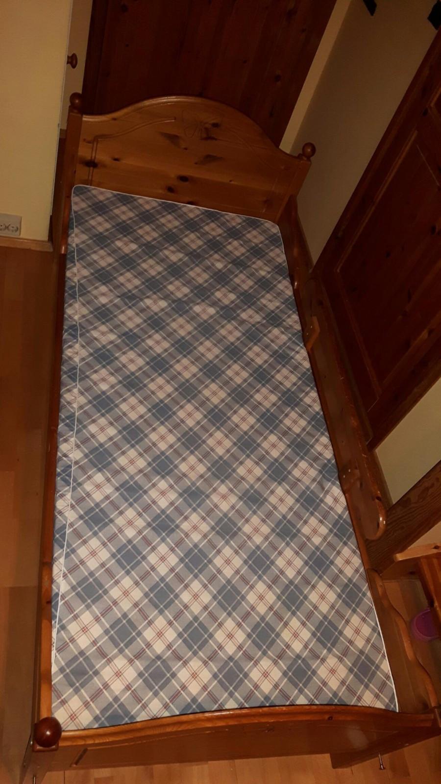 Komplett Barneseng, pent brukt - Oslo  - Barneseng, egnet som første seng etter sprinkelseng og flere år fremover. Har sengehest på ene siden. Kan speilvendes. God kvalitet. Lett å sette sammen. Sengebunn og madrass medfølger. Madrassmål 170 x 75 cm. Pent brukt. Kan leveres /tilkj