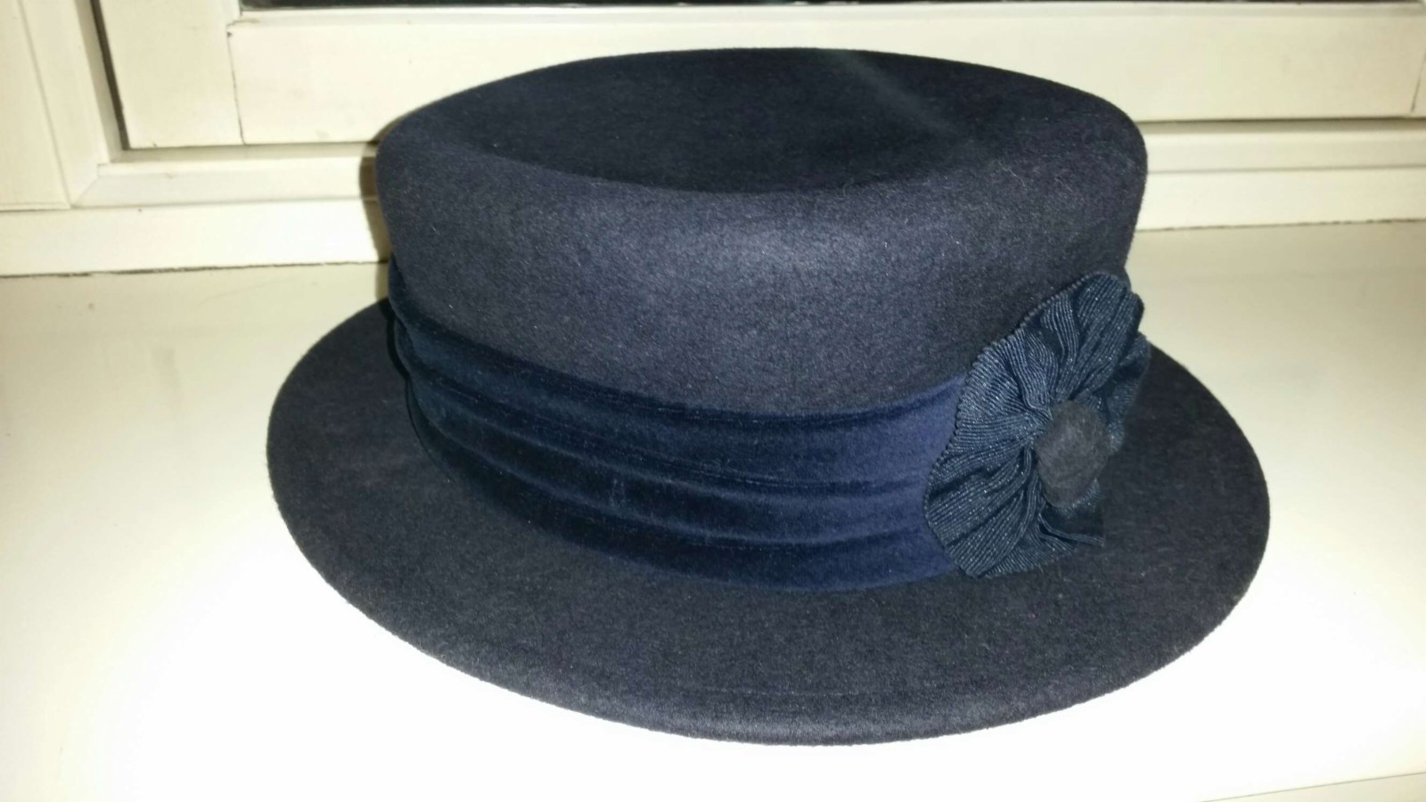 2  Klassiske høst/-vinterhatter (dame) - Oslo  - 2 lekre hatter i ull. Oppbevart i hatteesker, som selvsagt medfølger. 1: marineblå med bredt bånd og rosett i front. Type britisk dressur look. Som ny, str 56, kr 300,- 2: burgunder med smalt bånd og en bølge i forkant av brem. Str 54-55, kr  - Oslo