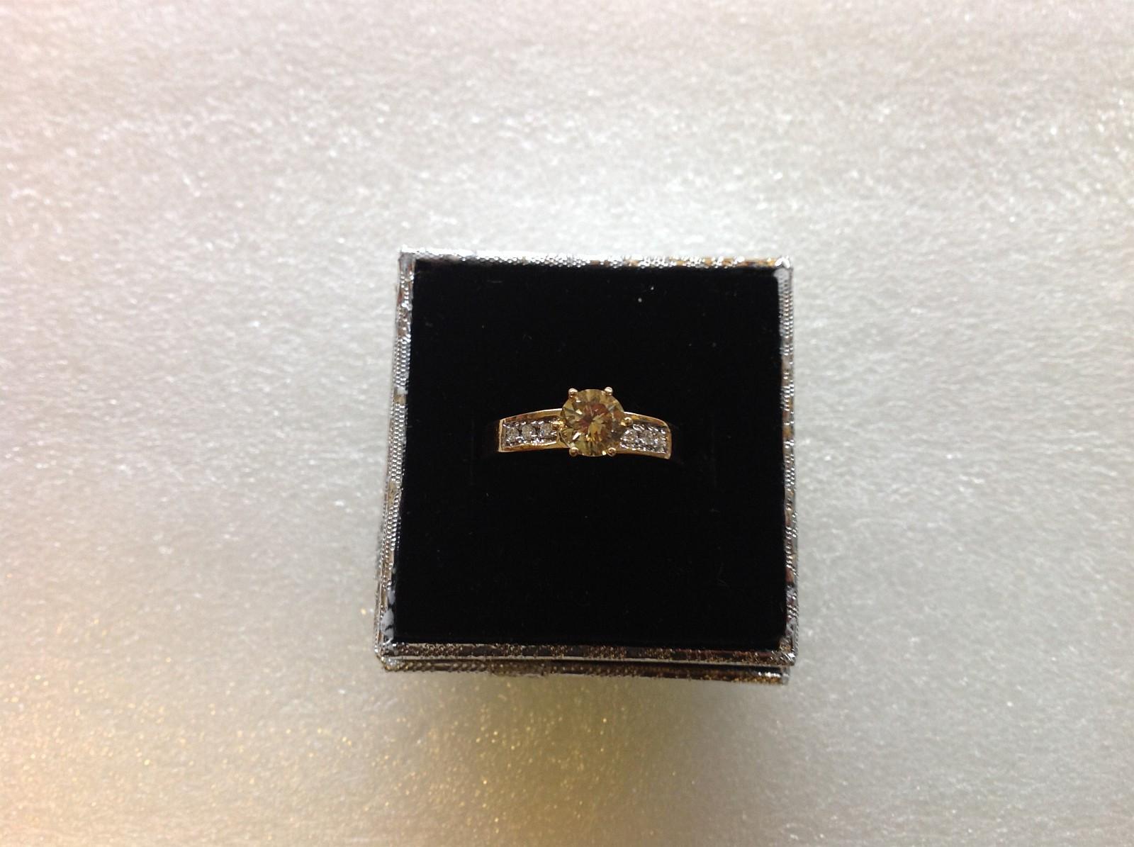 Ring gult gull - Mandal  - Ring i gult gull 18 karat gull med 6 små diamanter og 1 solo sten 1.24 CT color fancy yellow clarity Vs2. Størelse 10.5 for mer info ring eller Mail takst og sertefikat foreligger pris på forespørsel - Mandal