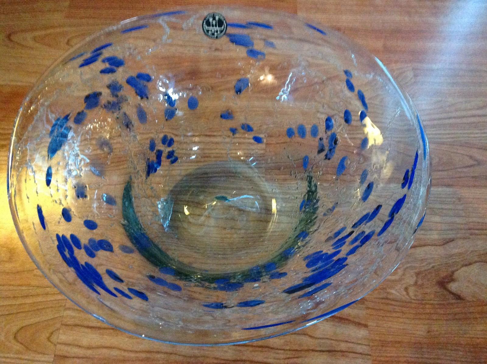 Glassfat og vase fra Lofot Design - Solbergelva  - Håndlaget fat og vase fra Lofot Design. Selges helst samlet da det er et sett, men kan også selges enkeltvis. - Solbergelva