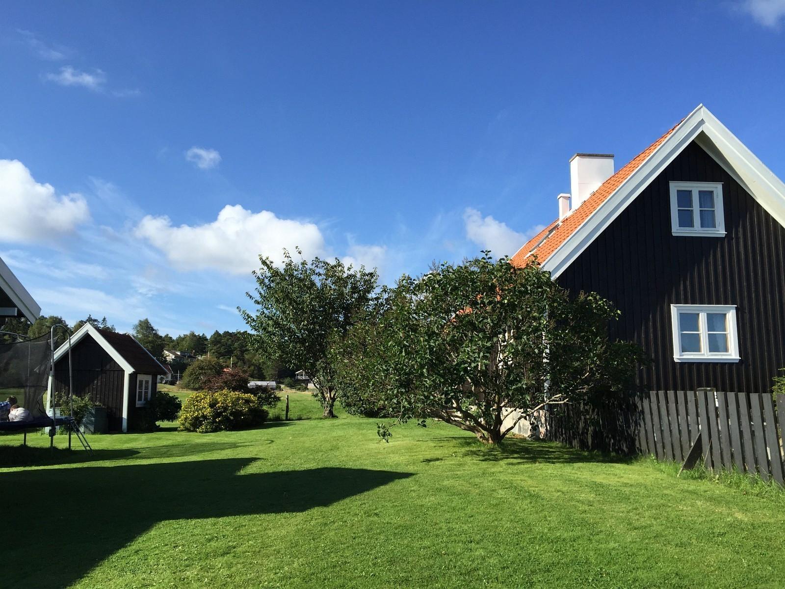Flott hus med stor hage og trampoline.