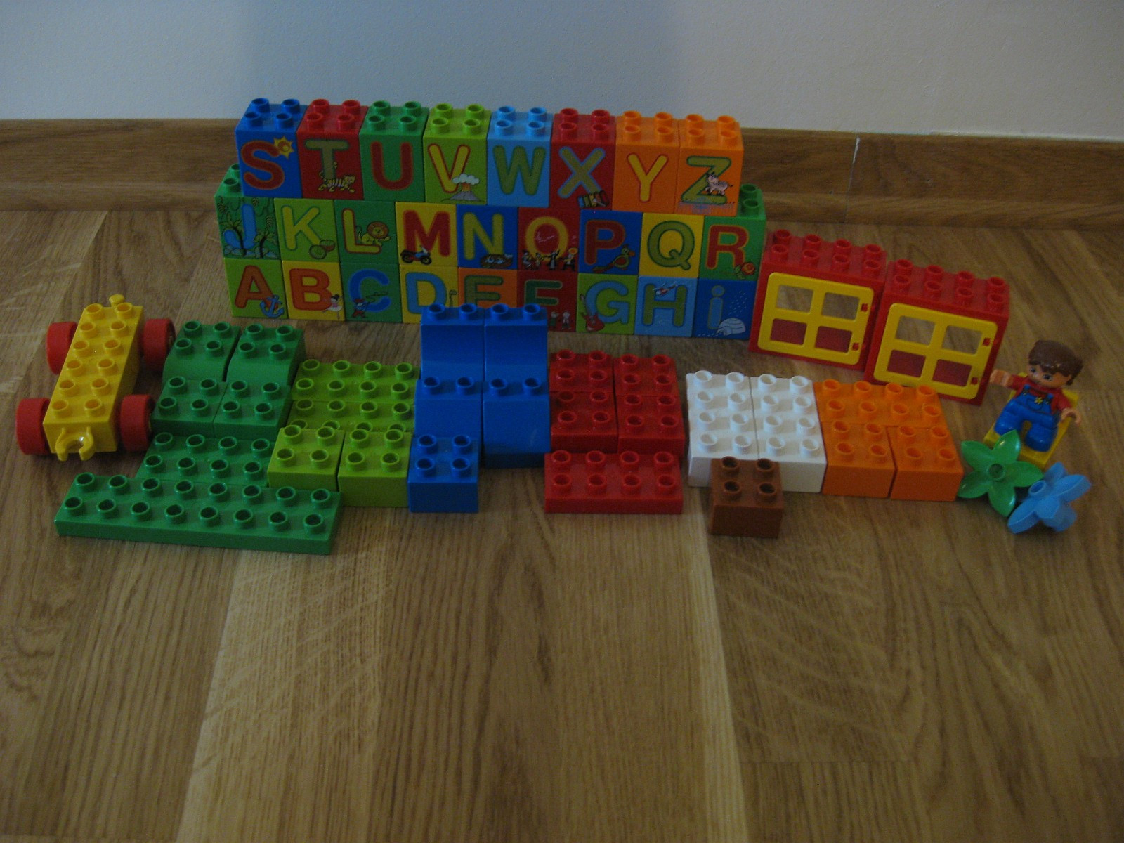 Lego Duplo - Molde  - Lego Duplo til salgs:  1.Play with letters (6051) 61 parts 1 minifig = 250 kr. 2.Play with numbers (5497)57 parts 1 minifig = 200 kr. 3.Basic Bricks - Deluxe (6176) 80 parts = 150 kr. - Molde