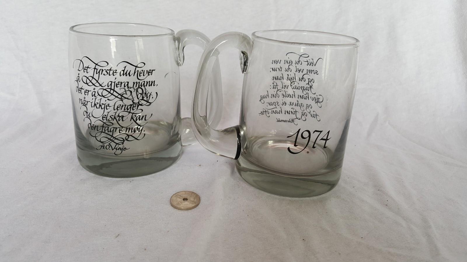 """Ny pris! Hadeland Odin Ølkrus - Vestfossen  - Selger to ølkrus fra Hadeland i Odin serien, fra 74 og 75. Krusene er i god stand og knapt brukt.  1975 """"Det fyrste du hever å gjera mann, det er å døy. Når ikkje lenger du elska kan den fagre møy. A.O. Vinje.""""&# - Vestfossen"""