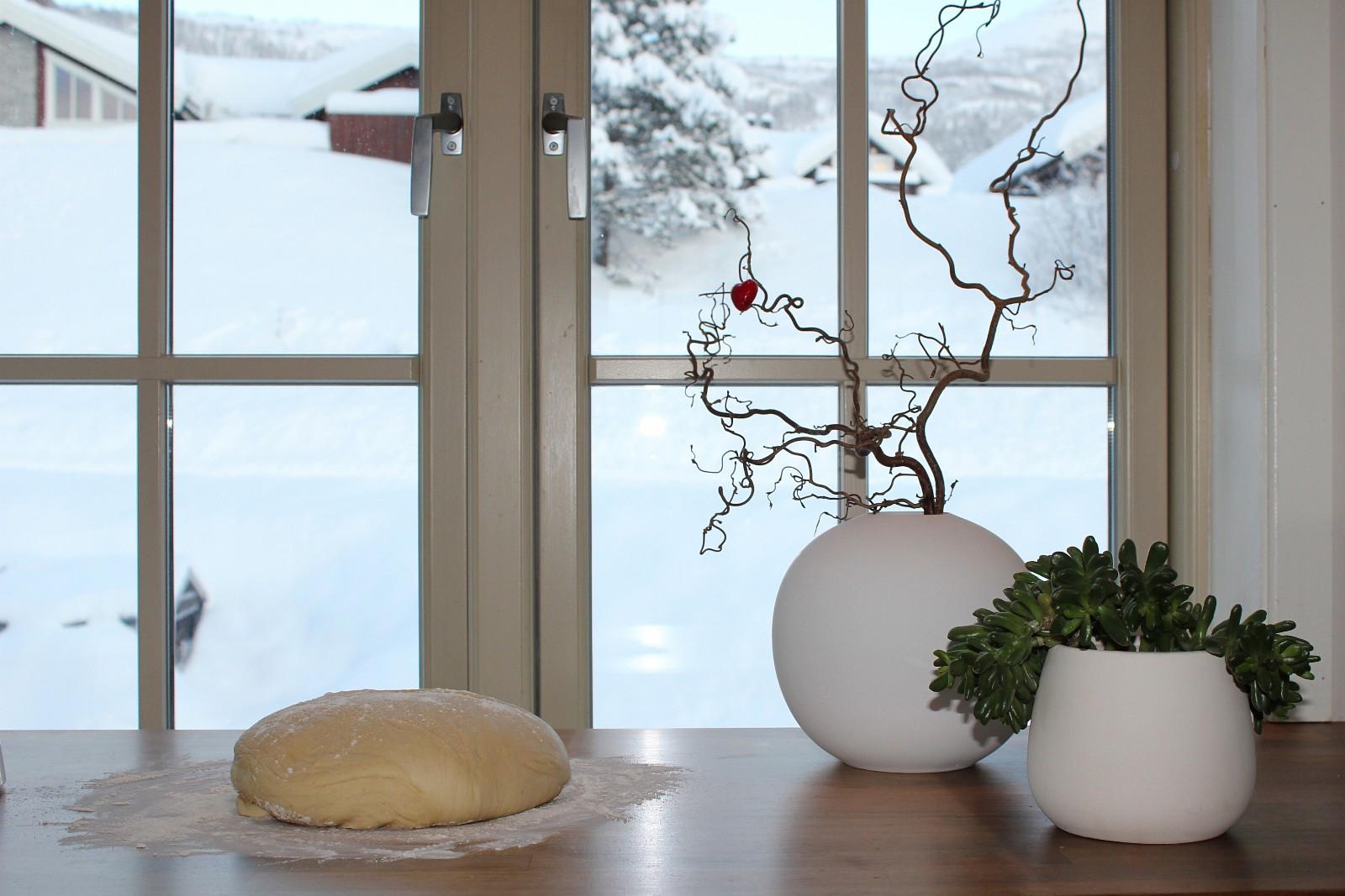 Utsikt fra kjøkkenvinduet til skiløypa