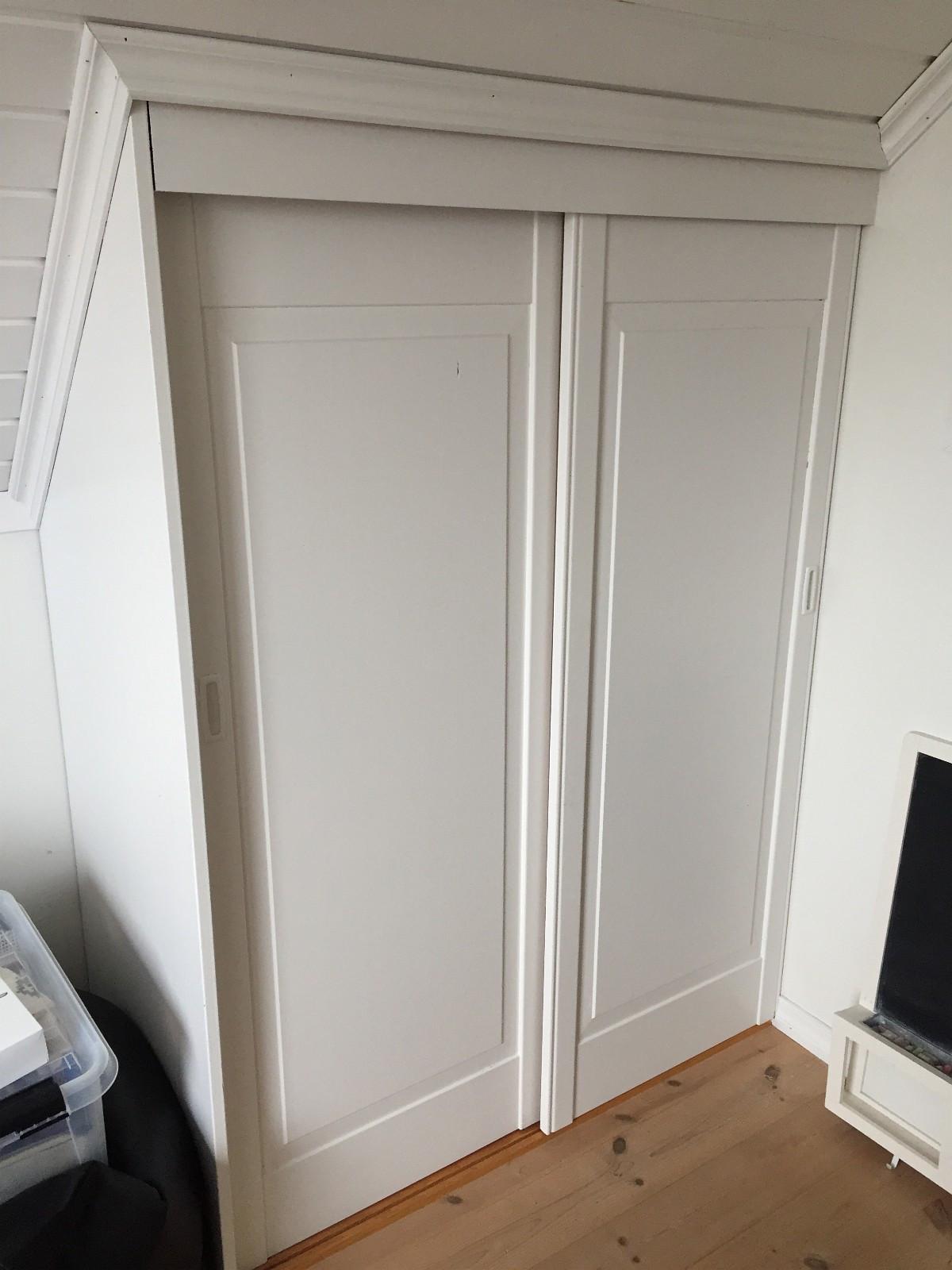 Garderobeskap - Stathelle  - Skapdører, hylle og vegger som er hvitmalt - Stathelle