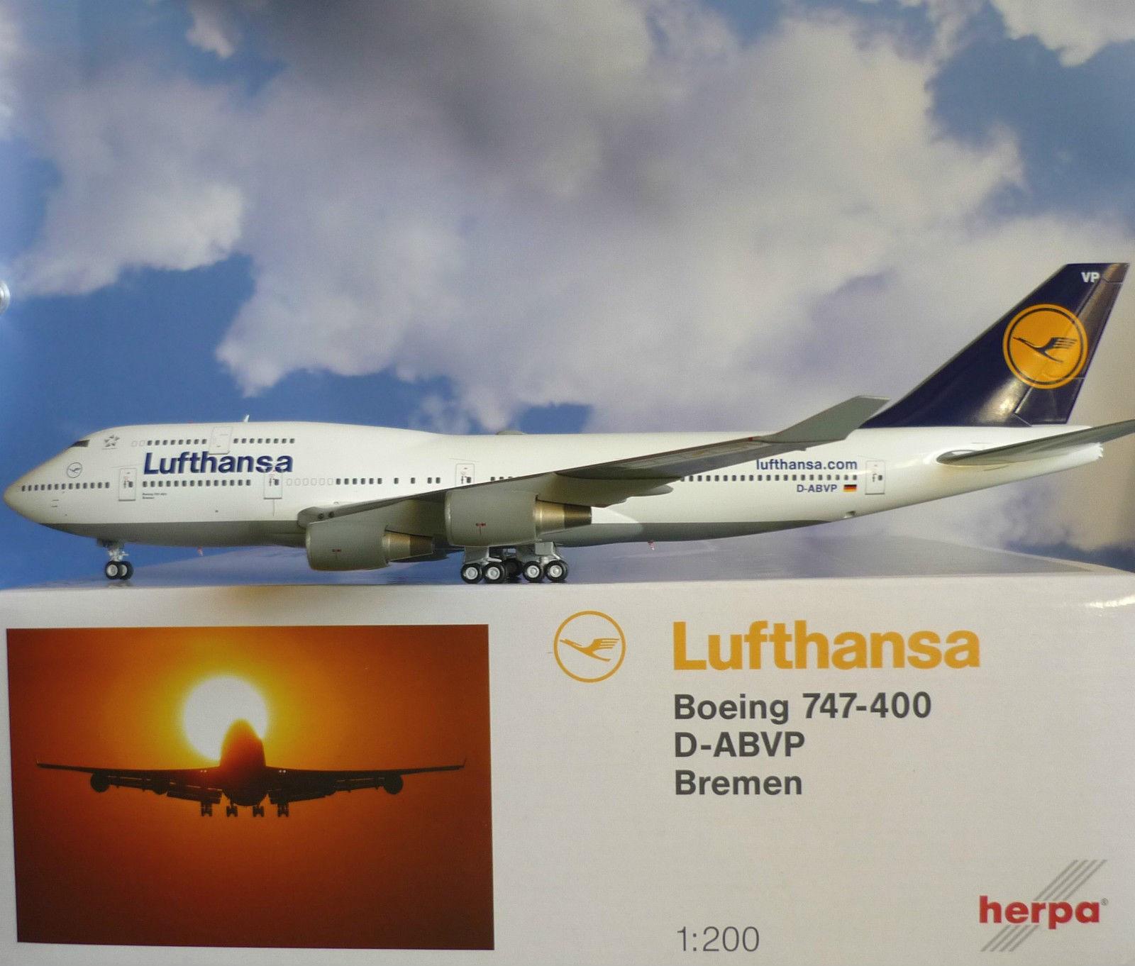 Herpa 1:200 Lufthansa 747-400 metallmodell - Hokksund  - Meget skjelden Herpa 1:200 Lufthansa 747-400 produsert av JC Wings. Meget detaljert modell med landings understell som kan taes av og erstattes med geardoors. Modellen har også stativ. Modellen er som ny med all orginal embalasje. Dette er en - Hokksund