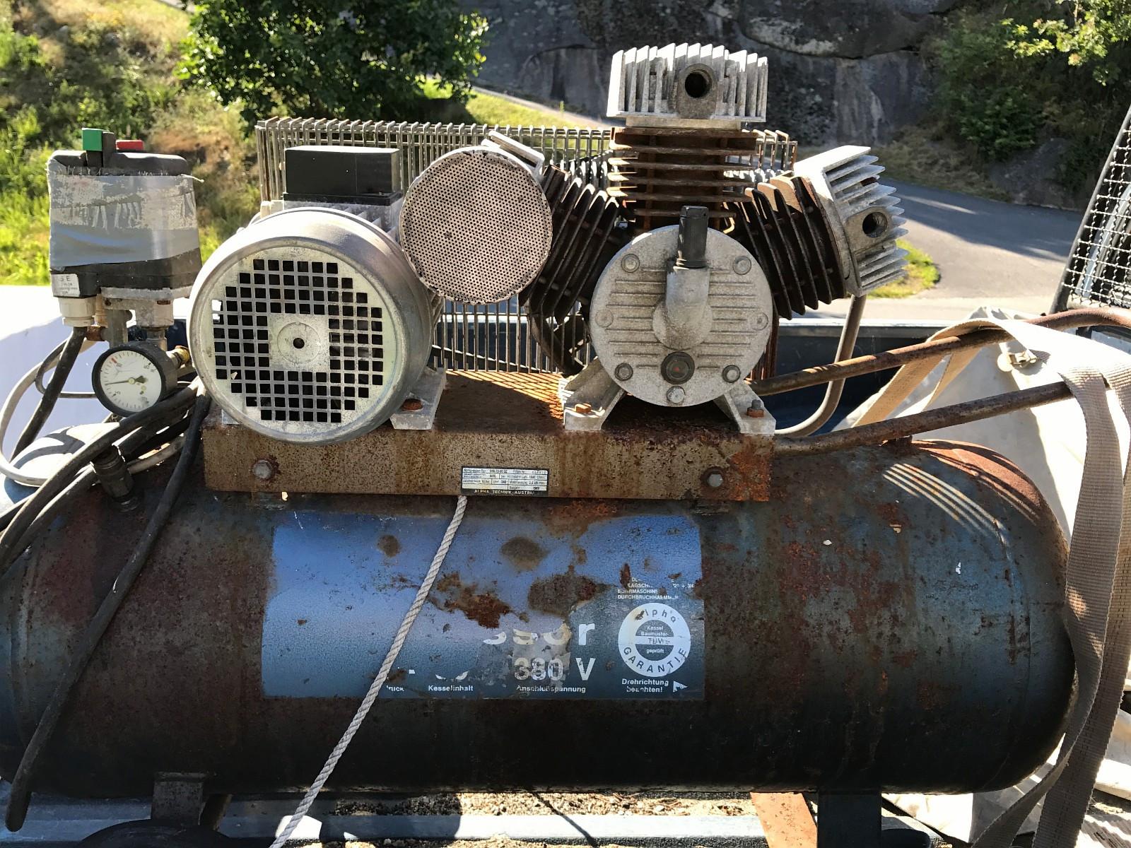 ALPHA kompressor - Fredrikstad  - 3 sylindret alpha kompressor. fungerer fint. 3 fas. mangler 2 luftfilter. Bud - Fredrikstad
