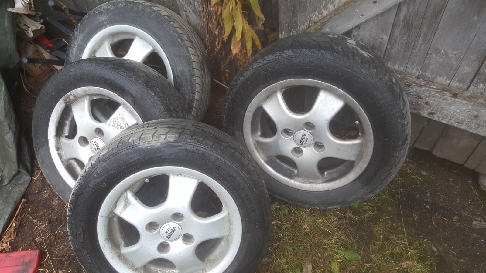 """14"""" felger 4x100 selges - Vestre Gausdal  - 14"""" felger 4x100 med dekk selges 2 bra og 2 dårlige dekk  Stått på en Nissan Sunny N14 - Vestre Gausdal"""