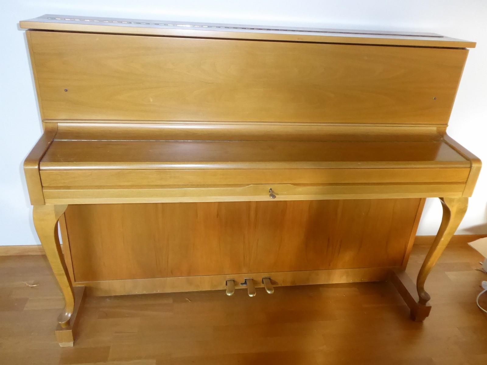 Sshimmel piano - Leikanger  - Pent brukt Schimmel piano frå ca 1965. Har ikkje vore brukt dei siste 10 åra, må stemmast. Pianoet har stålramme.  Må hentast på Leikanger - Leikanger