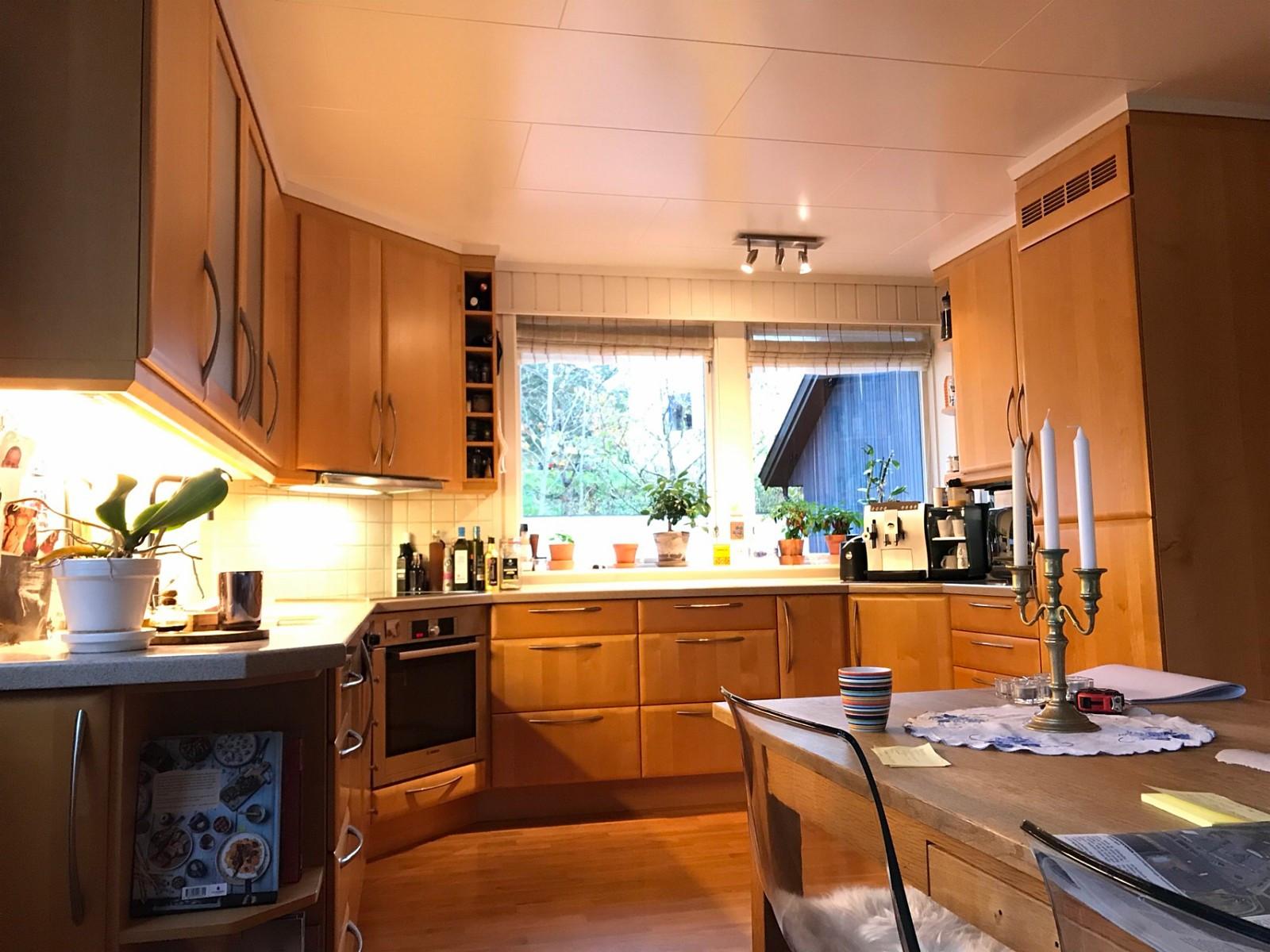 Kjøkken - Torød  - Pent og komplett kjøkkeninnredning fra Huseby, Oliven Honningtonet Lønn. 2003 modell. Kjøkkenet må demonteres av kjøper, tidspunkt etter avtale, ca slutten av november.  Det kan medfølge følgende hvitevarer: Miele induksjon platetop - Torød