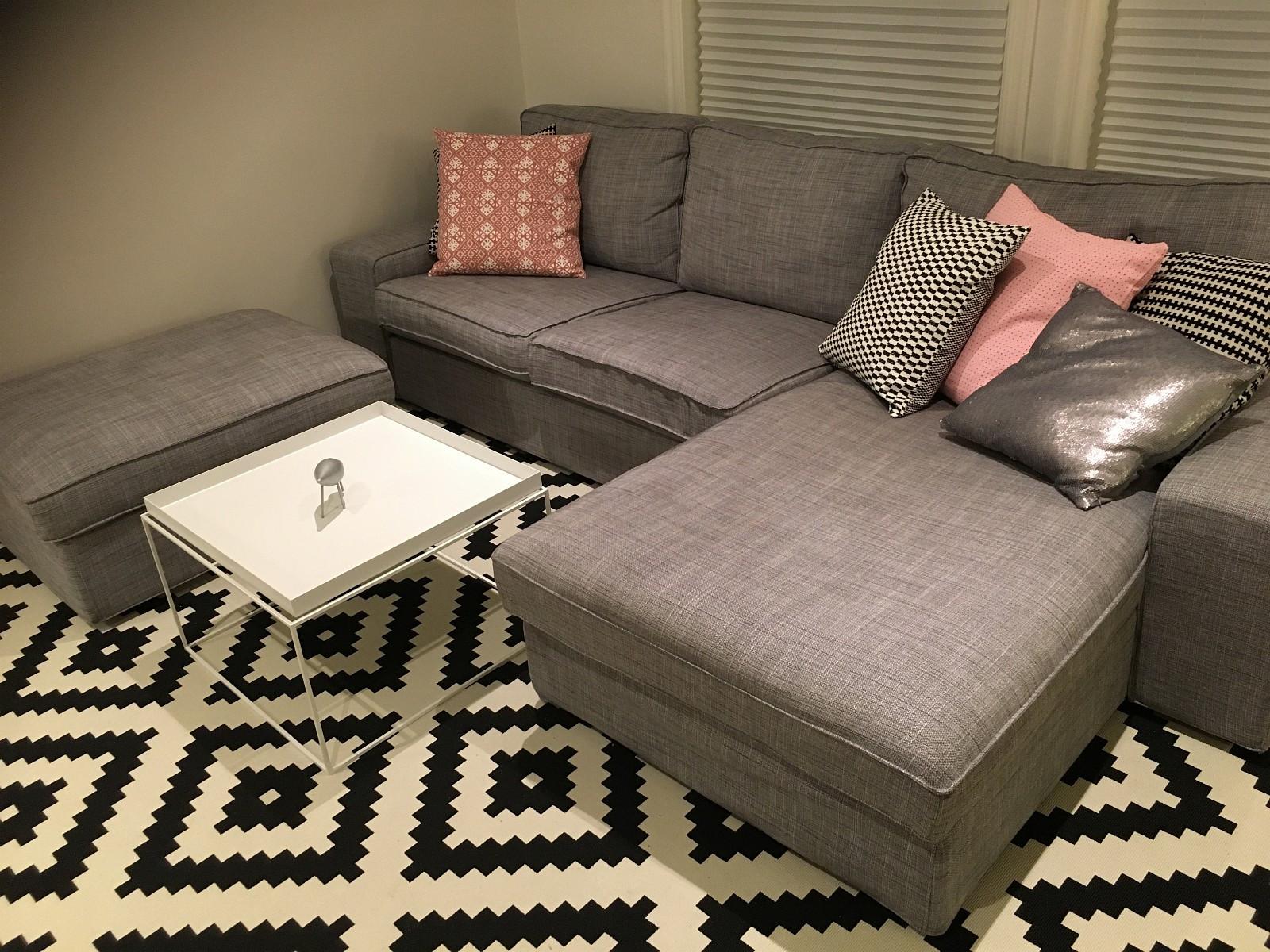Ikea Kivik 3 Seter m/ puff (2016) - Kløfta  - Selger nesten ny kivik sofa. Kjøpt oktober 2016. Ingen slitasje eller bruksmerker.  Trekket er enkelt å holde rent, det kan tas av og vaskes i maskin.  3 seter med sjeselong. Puff m/oppbevar - Kløfta