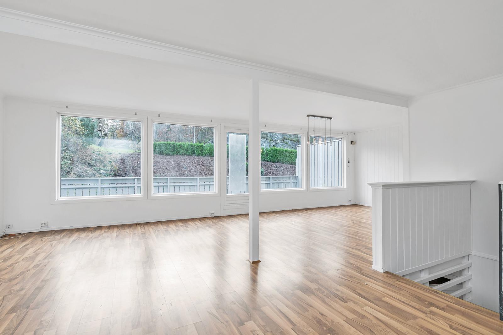 lys-og-romslig-stue-med-dor-ut-til-veranda