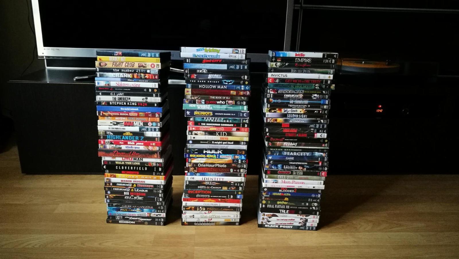 113 DVDer til snaue 4,5 stk. - Oslo  - Kvitter meg med 113 DVD filmer for å få mer plass. Noen få filmer har Svensk cover. Orker ikke å skrive tittel på alle filmene, men det er bilde av alle, så ta en titt