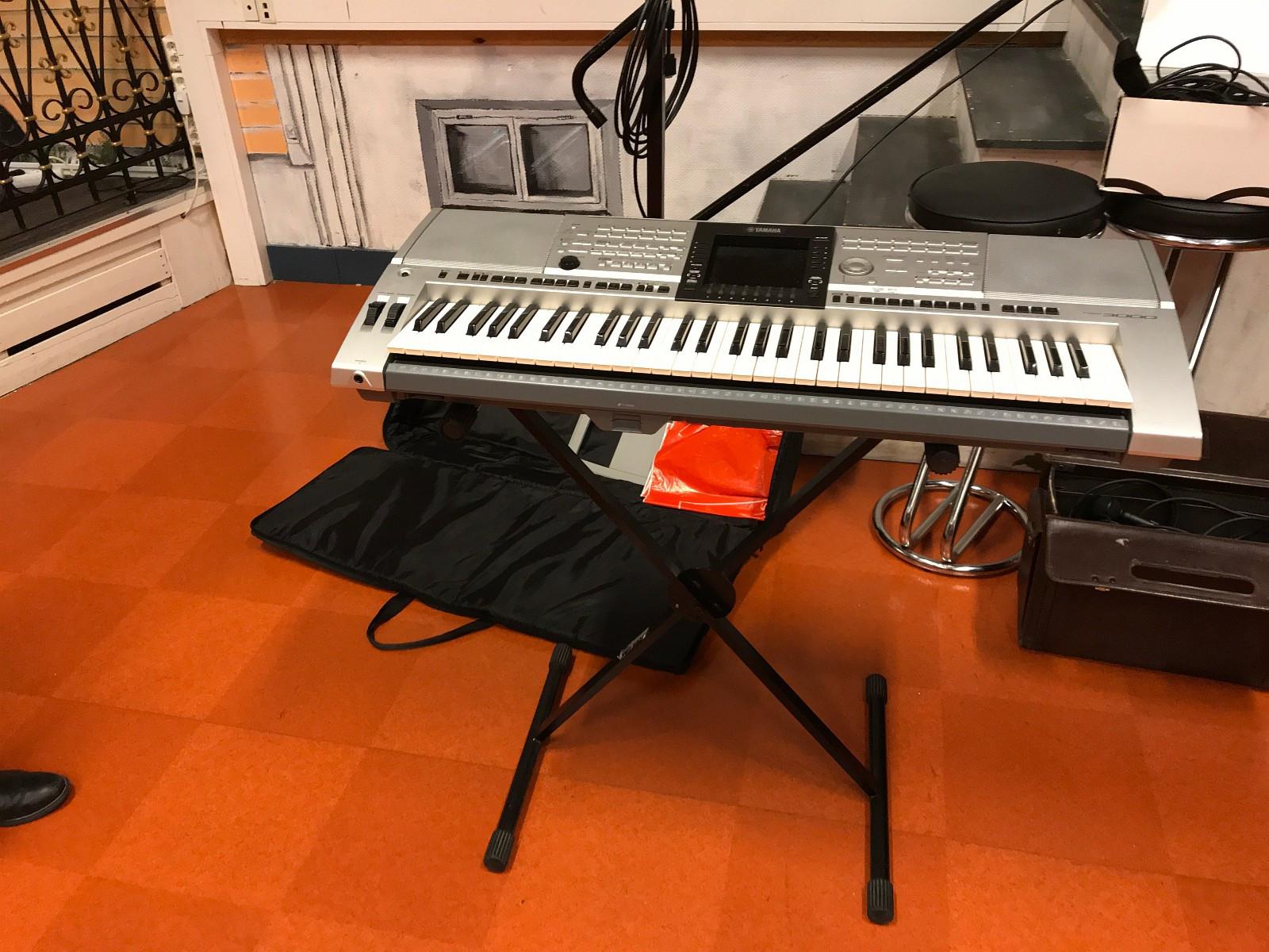 Keyboard med tilbehør - Tertnes  - Keyboard m/stativ kr. 5000,- 2 stk høytalere kr. 2000,- Forsterker kr. 2000,- Miksepult kr. 1000,- Kasse til keyboard kr. 3000,- - Tertnes