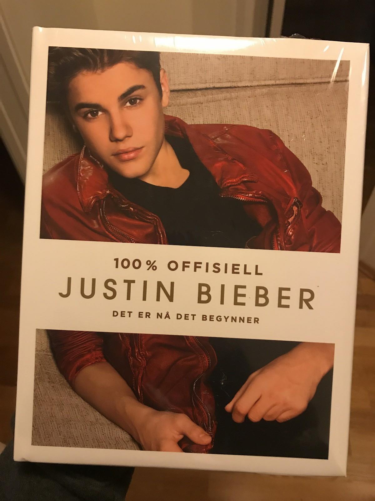 Justin Bieber «100% offisiell» bok - Drammen  - «100% offisiell Justin Bieber - det er nå det begynner». Utgitt 2013-1013 av Spektrum Forlag. Splitter ny innbundet bok med forsegling - Drammen