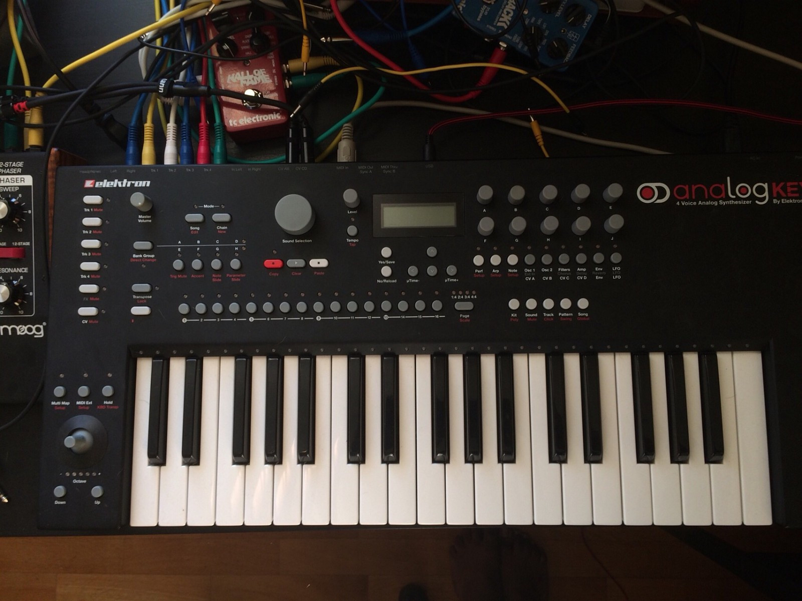 Elektron Analog Keys - Elverum  - Used Elektron Analog Keys for sale. I bought it used about a month ago. It sounds great but unfortunately all the menu diving is a major headache for me. So I have to let it go.  The synth itself is in great shape and sounds great. Comes in ori - Elverum