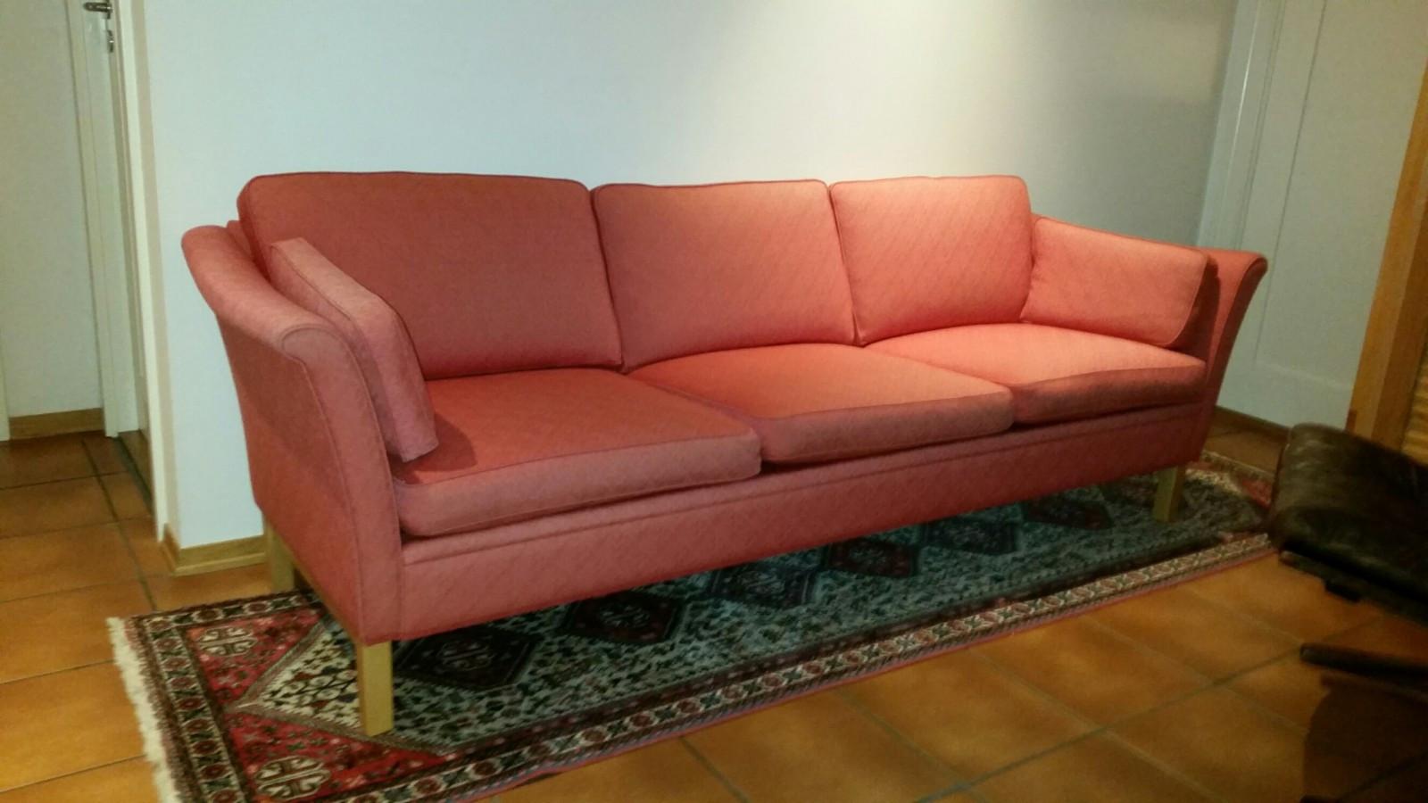 L.K.Hjelle Alberta sofa - Oslo  - Klassisk L.K.Hjelle Alberta sofa selges. Rødt ullstoff, vendbare puter. Fantastisk komfortabel. 3-seter, lengde 225cm - Oslo