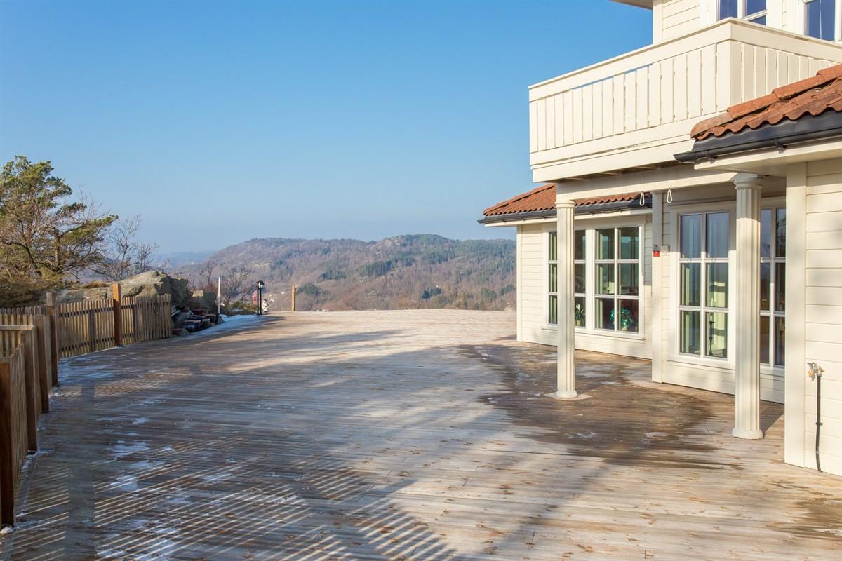 stor-terrasse-utenfor-boligen