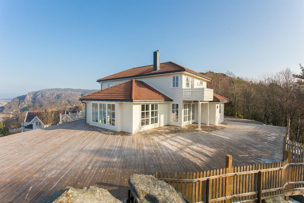boligens-fasade-og-terrasse