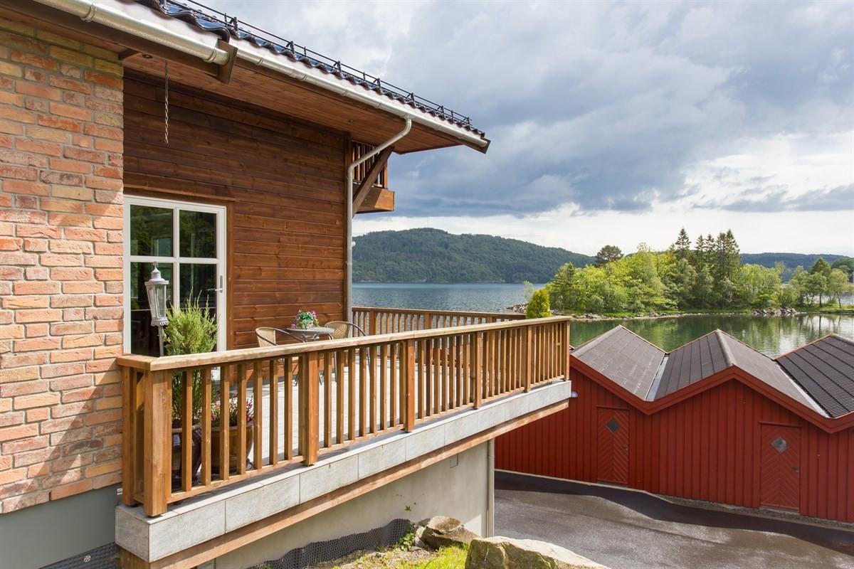 terrasse-i-hovedetg-med-flott-utsikt