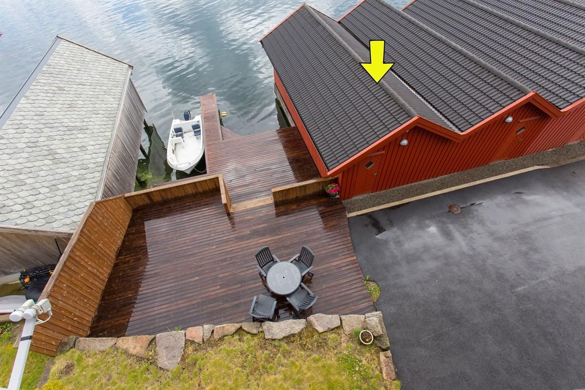 utsikt-fra-balkong-i-2-etg-bathus-med-gul-pil-medfolger