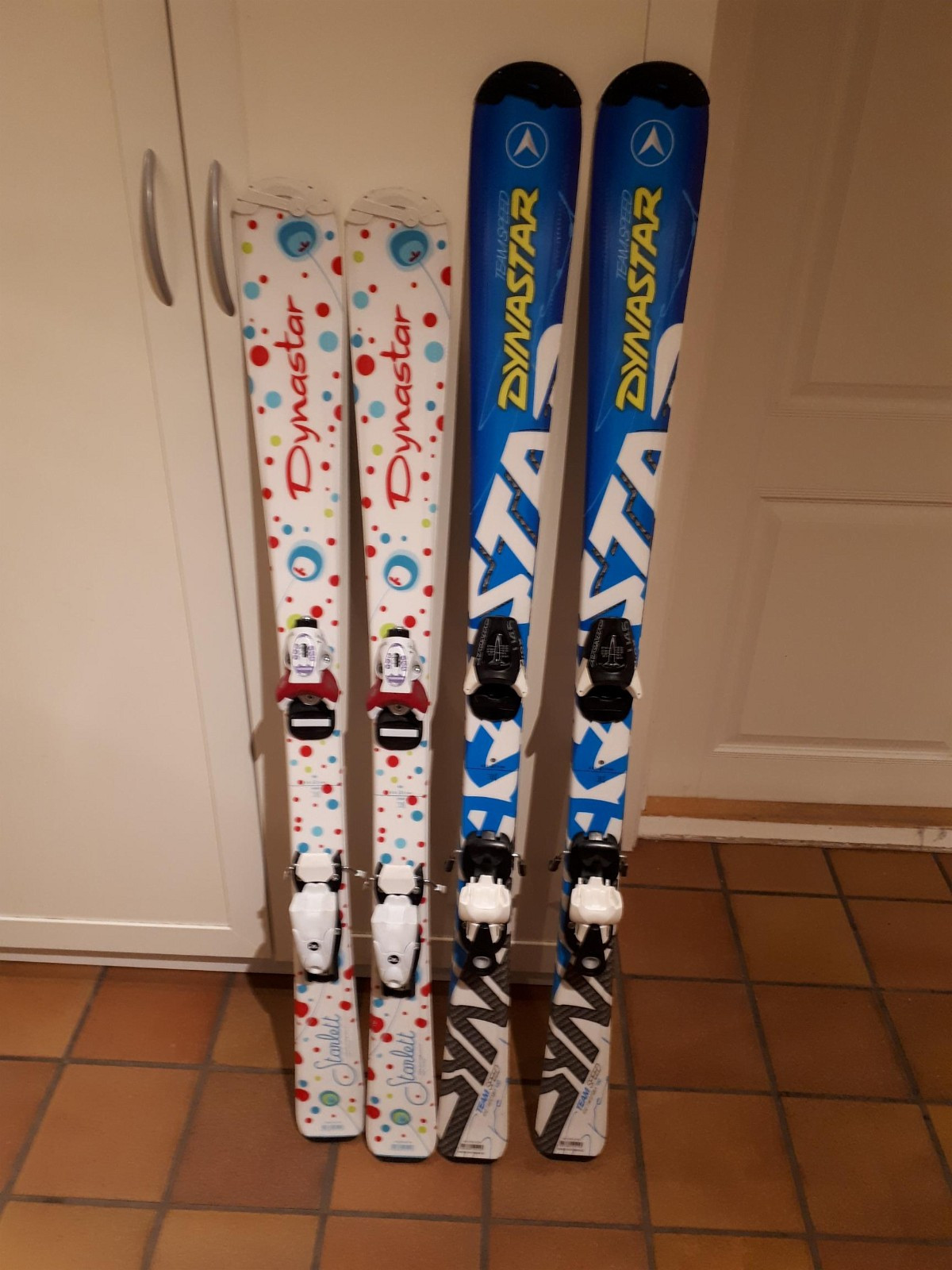 Alpin ski barn - Haslum  - Alpin ski Dynastar hvit 120, 250 Nok Alpin ski Dynastar blå 130, 350 Nok Må hentes selv. - Haslum