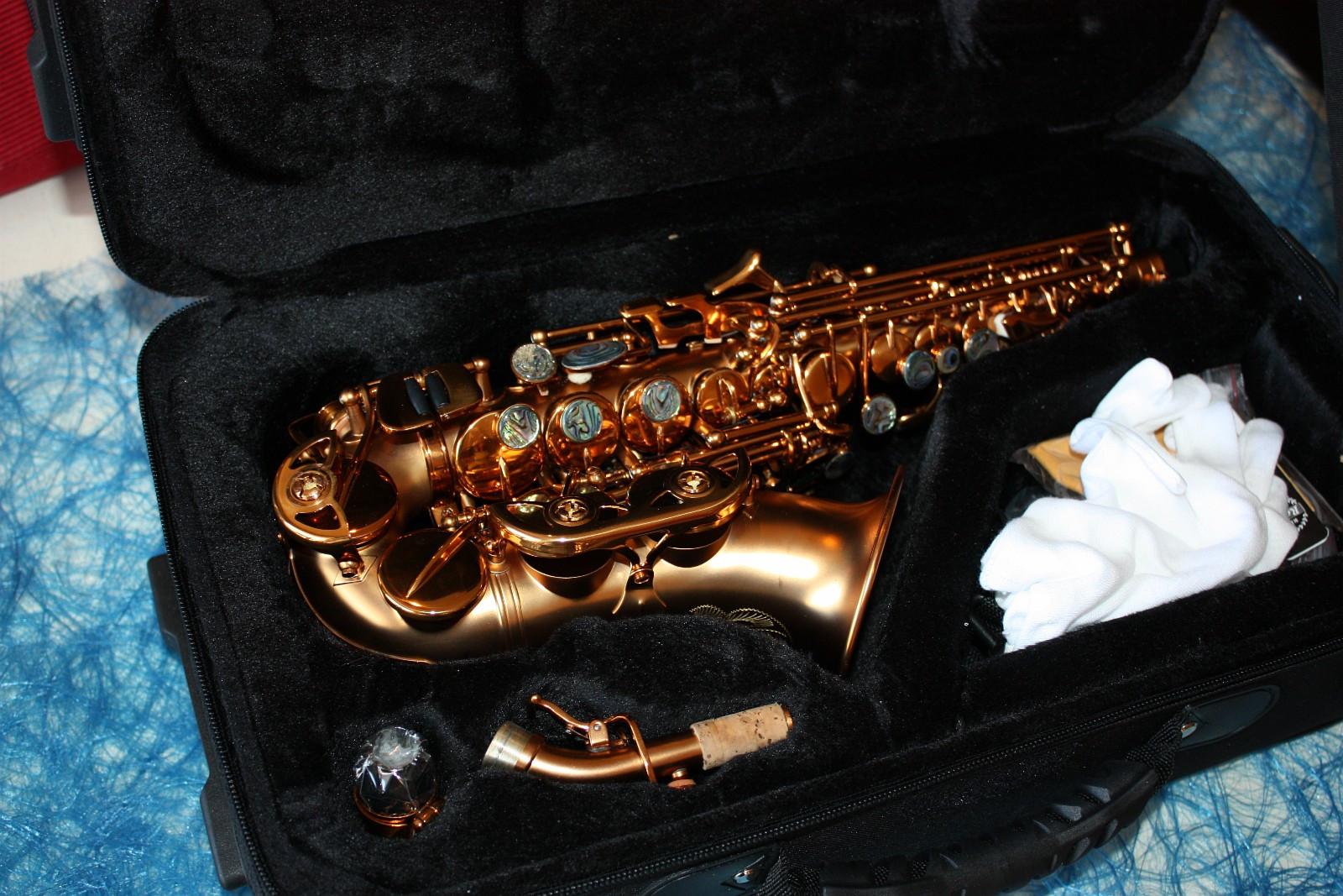 Sopran saksofon i kaffe farge - Vigra  - Nye nydelige sopran saksofoner i kaffe farge på lager. Nydelig intonasjon og klang. Lyd-fil kan sendes på e-mail. Ring gjerne på telefon 47855039 for en hyggelig saksofon prat.   Det følger med: * Kasse med ekstra oppbevarin - Vigra