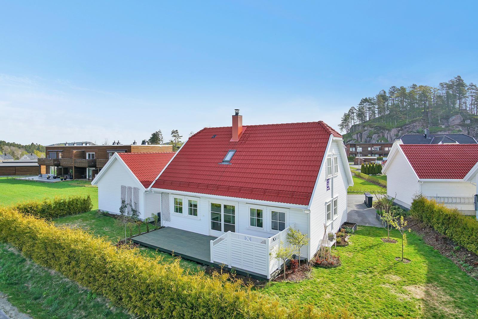 boligen-ligger-i-en-rolig-blindvei-pa-solrik-tomt-med-beplantet-hage