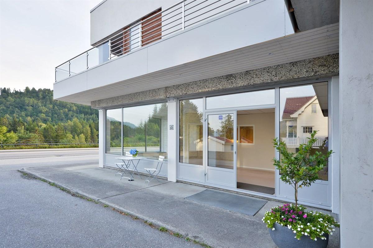 Store gode vindusflater - gir mye lys og et godt utstillingsvindu eller ev. mye  dagslys til kontorplasser.
