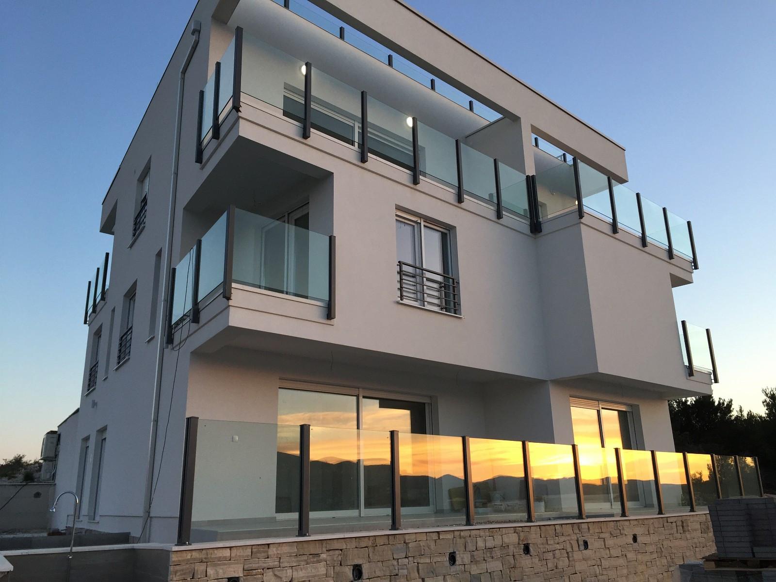 Bilde av huset. Leiligheten ligger i 2 og 3 etg. på venstre side.