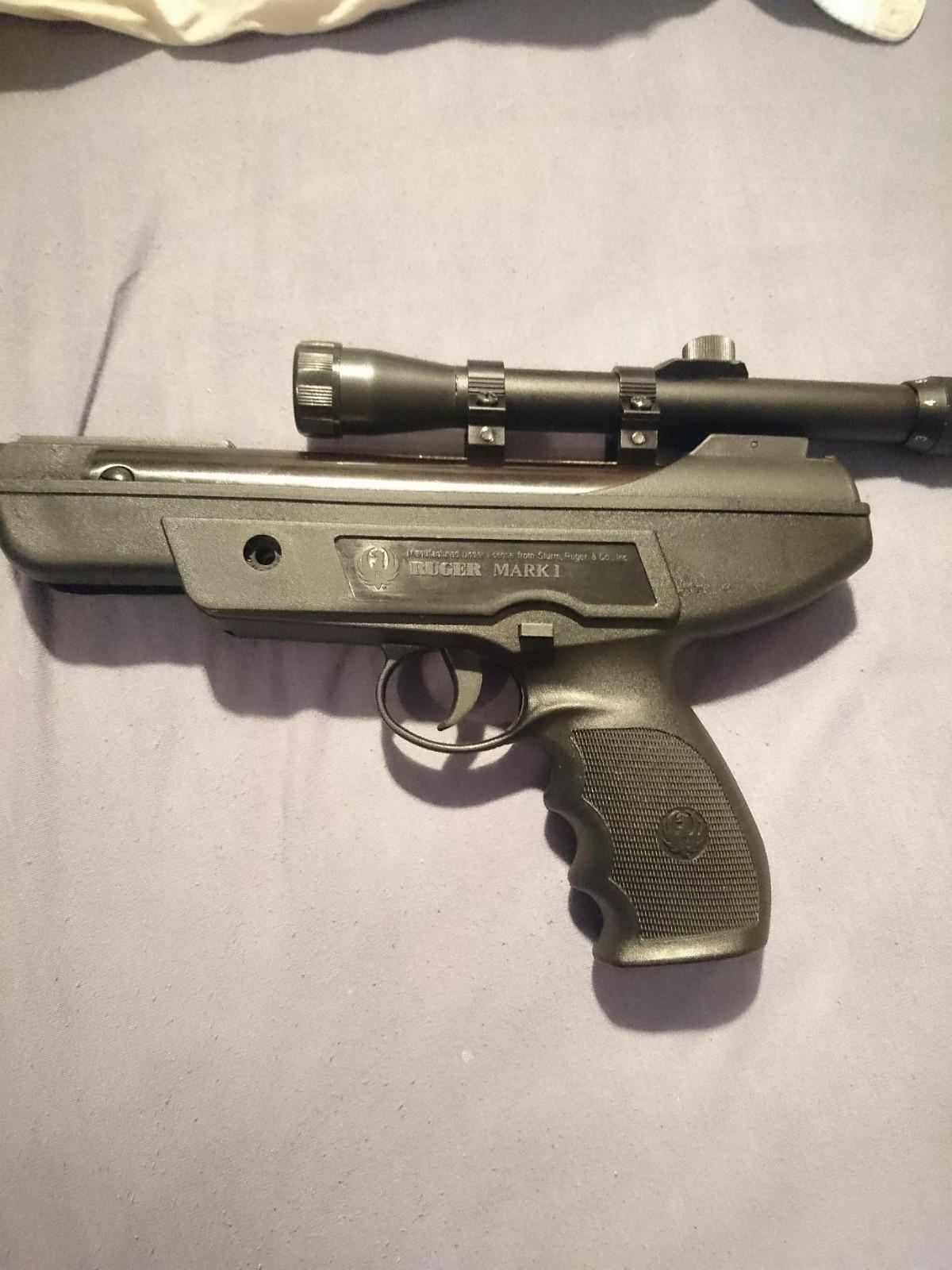 Ruger Mark 1 + Sikte + Pellets - Svelvik  - Selger luftpistolen min da jeg ikke bruker den noe særlig. Har skutt mindre enn totalt 50 skudd med den, så det kommer fortsatt røyk fra munningen. Rakk bare å skyte inn siktet, før jeg nå bestemte meg for å selge.  Pistolen er i plettfr - Svelvik
