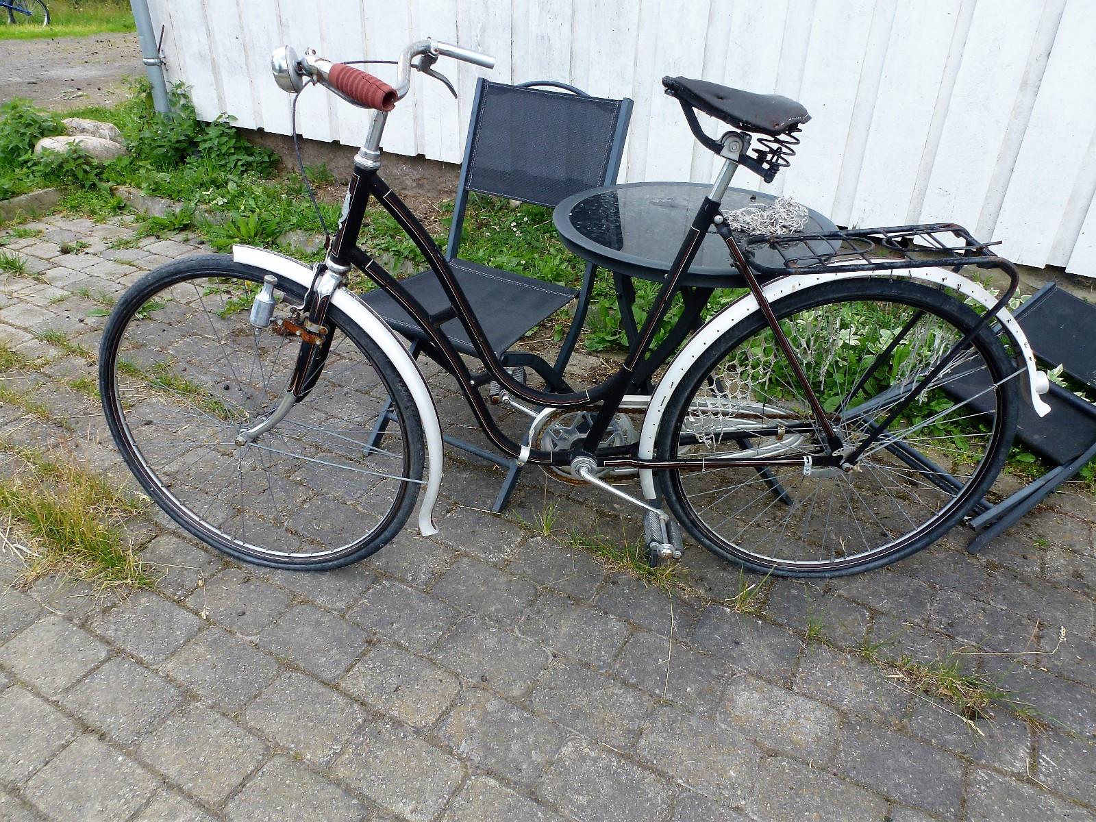 """Samleobjekt - sykkel - Shelby - Roa  - Trolig fra 30-tallet. Merke: Shelby. Veldig fin lakk, og fremstår som meget bra utgangspunkt for strøken """"oldtimer""""! Ønsker bud over Kr 1500,-. - Roa"""