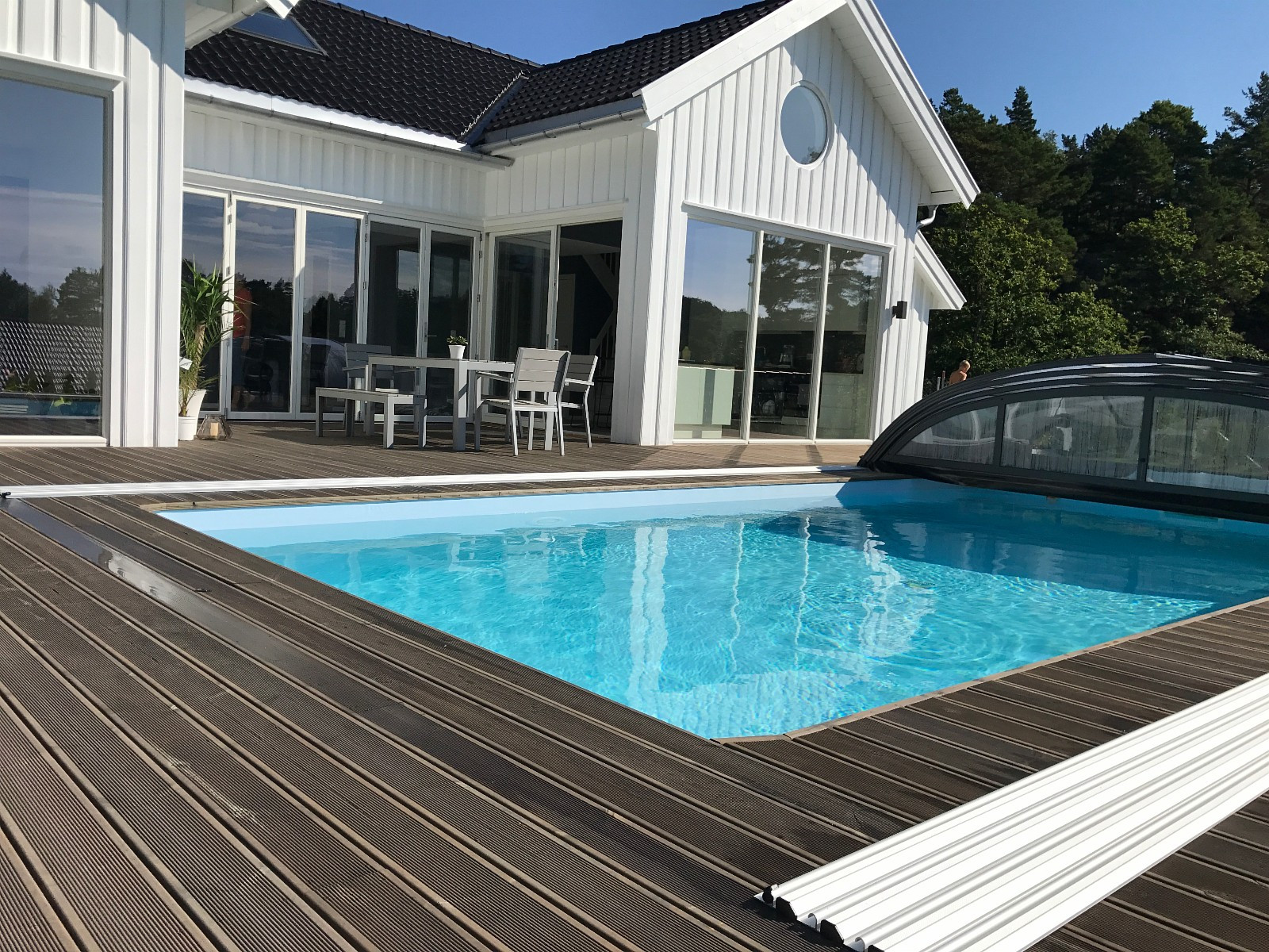 Stor usjenert terrasse. Meget barnevennlig! Foldedør fra stue/kjøkken mot bassengområdet.